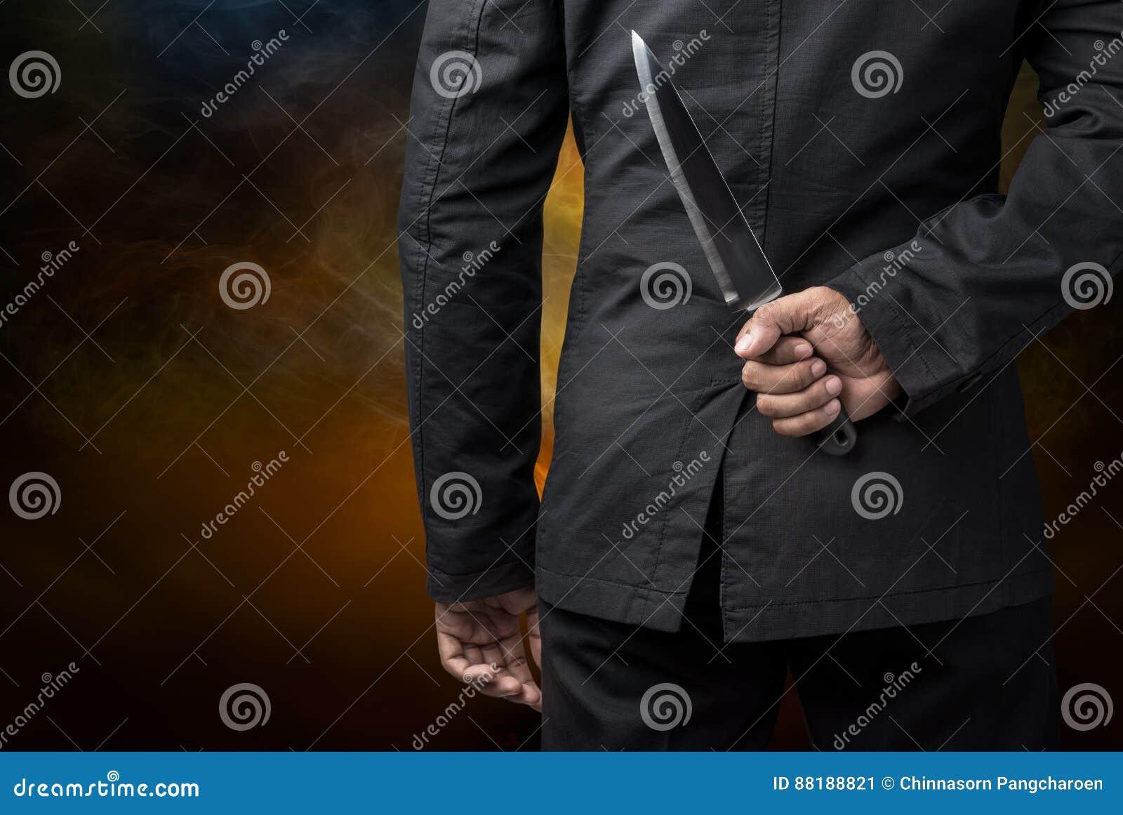Tenuta dell uomo d affari sul coltello