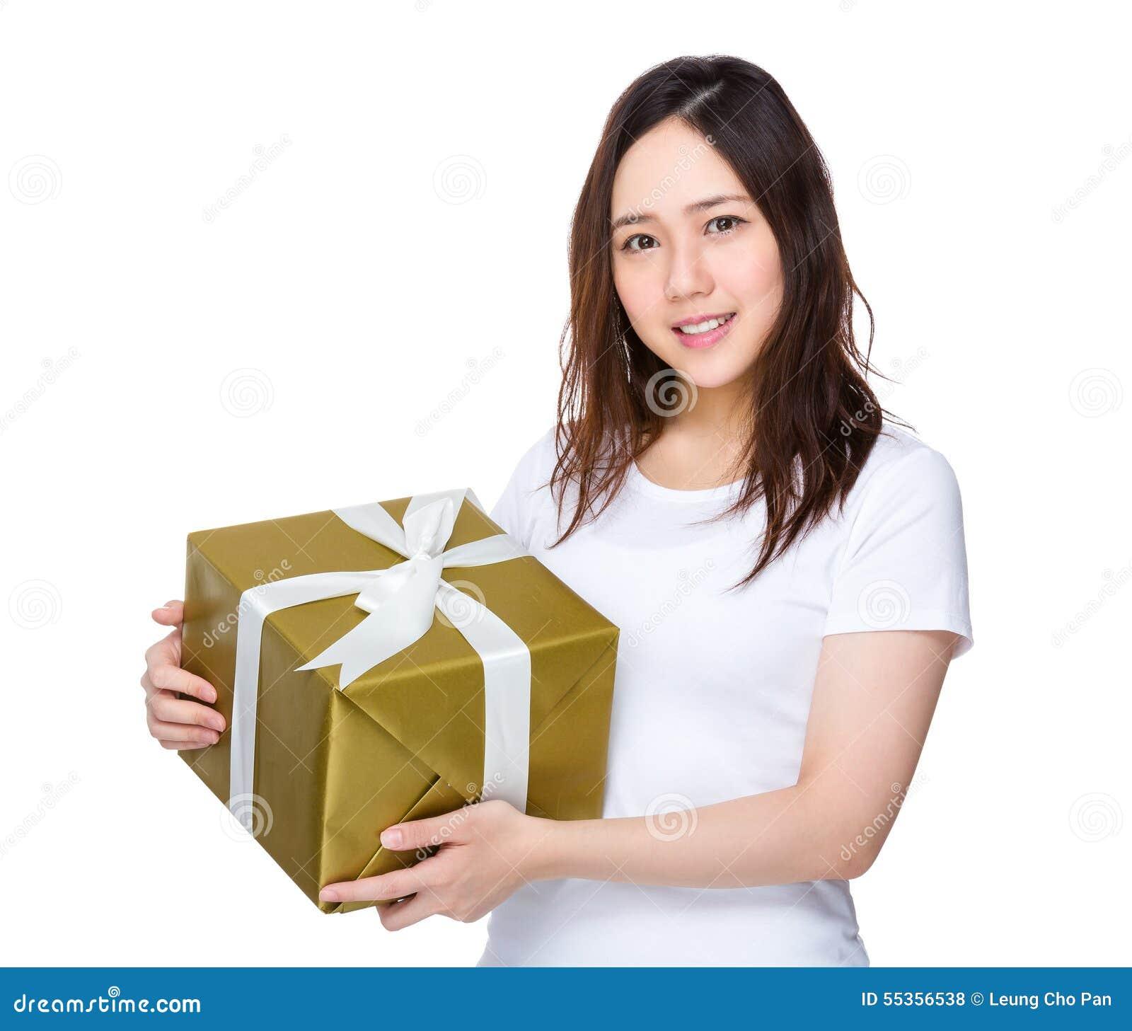 Tenuta della giovane donna un contenitore di regalo