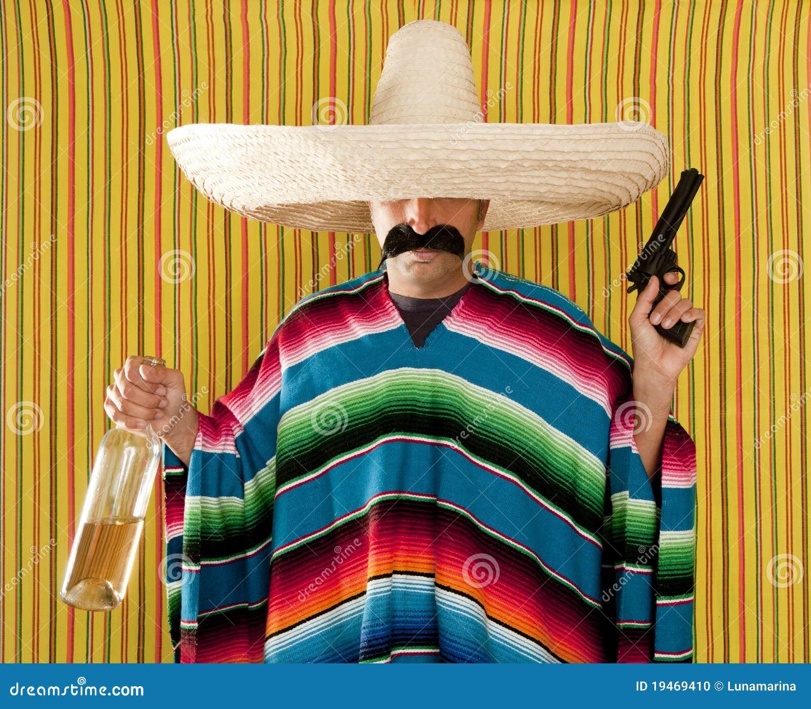 Tequila bebido do revólver do bandido bigode mexicano