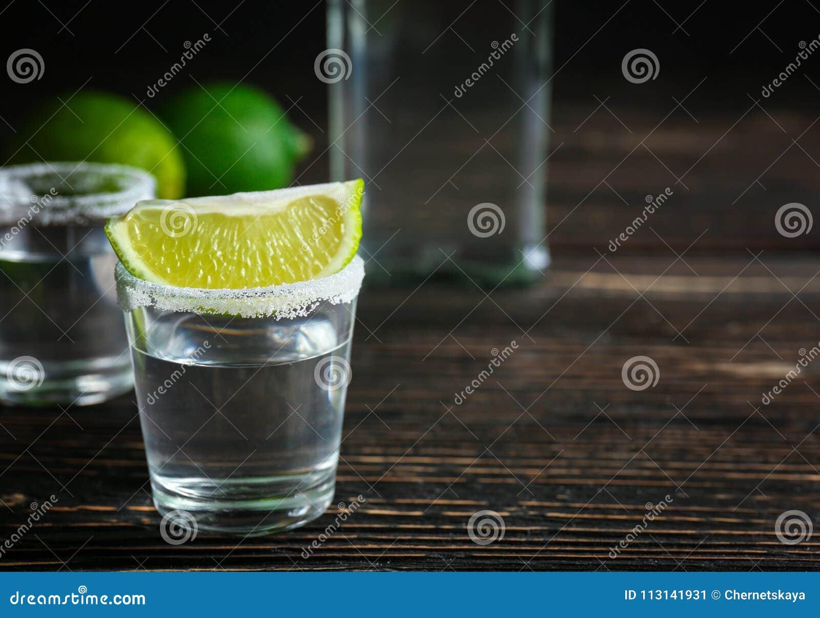 Tequila tirée avec la tranche et le sel de chaux