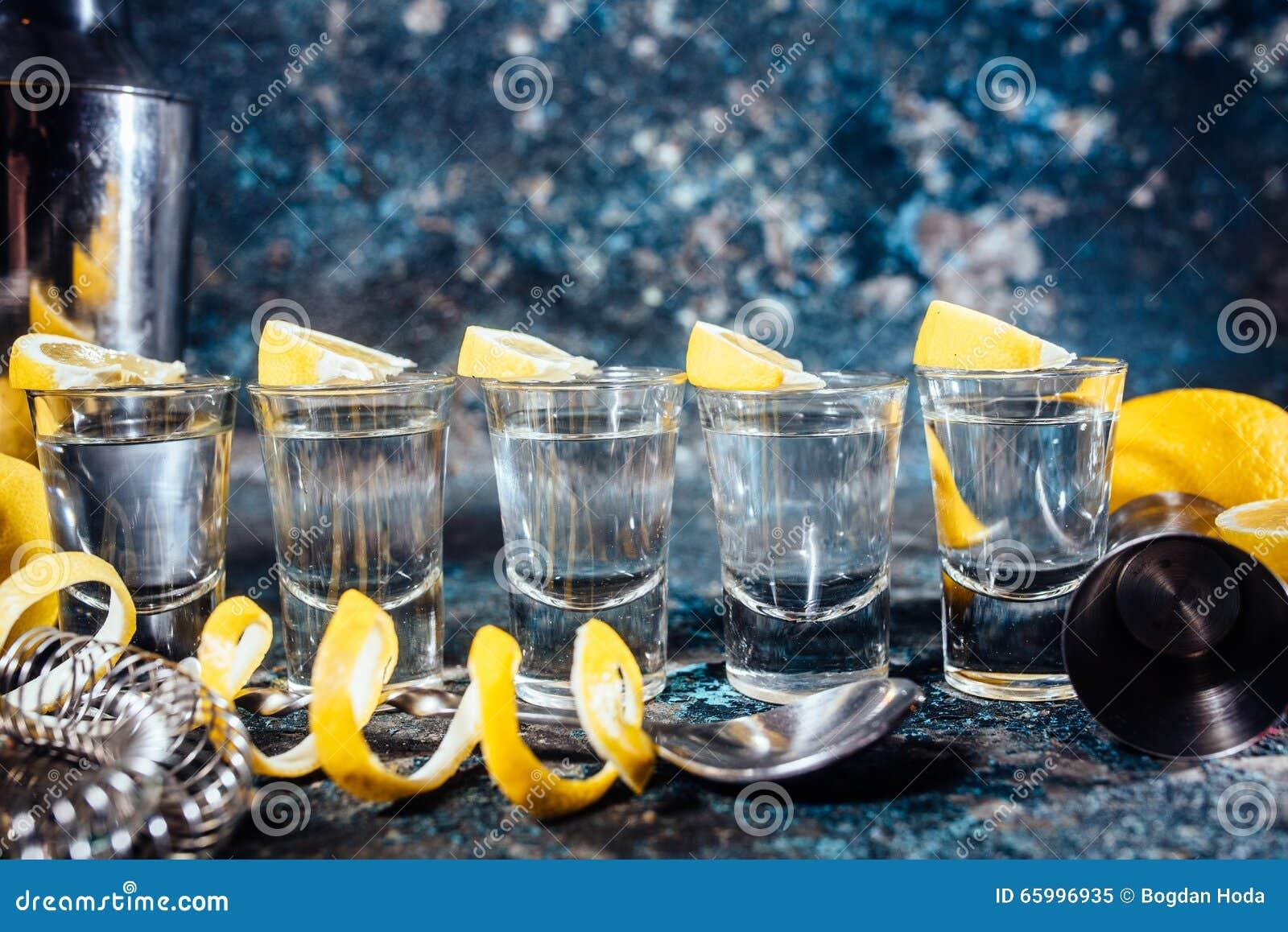 Tequilaschüsse Mit Zitronenscheiben Und Cocktaildetails Alkoholische ...