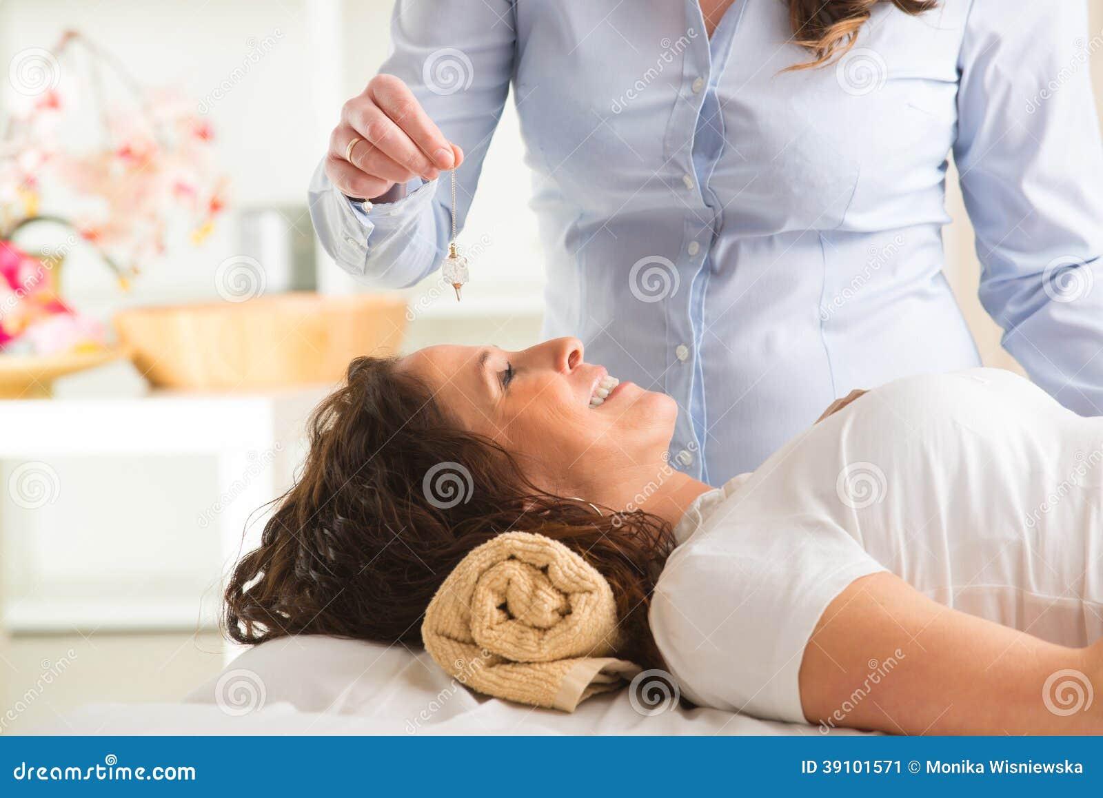 Terapeut som använder klockpendeln