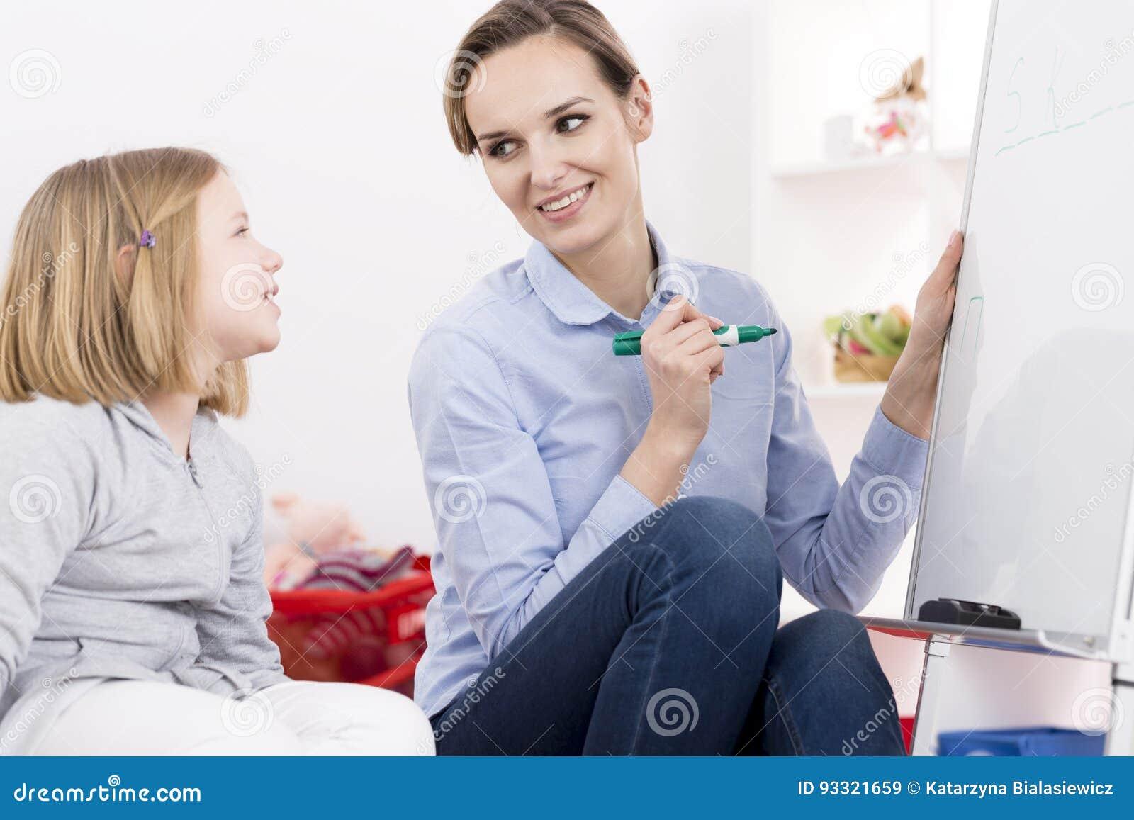Terapeut som arbetar med ADHD-flickan