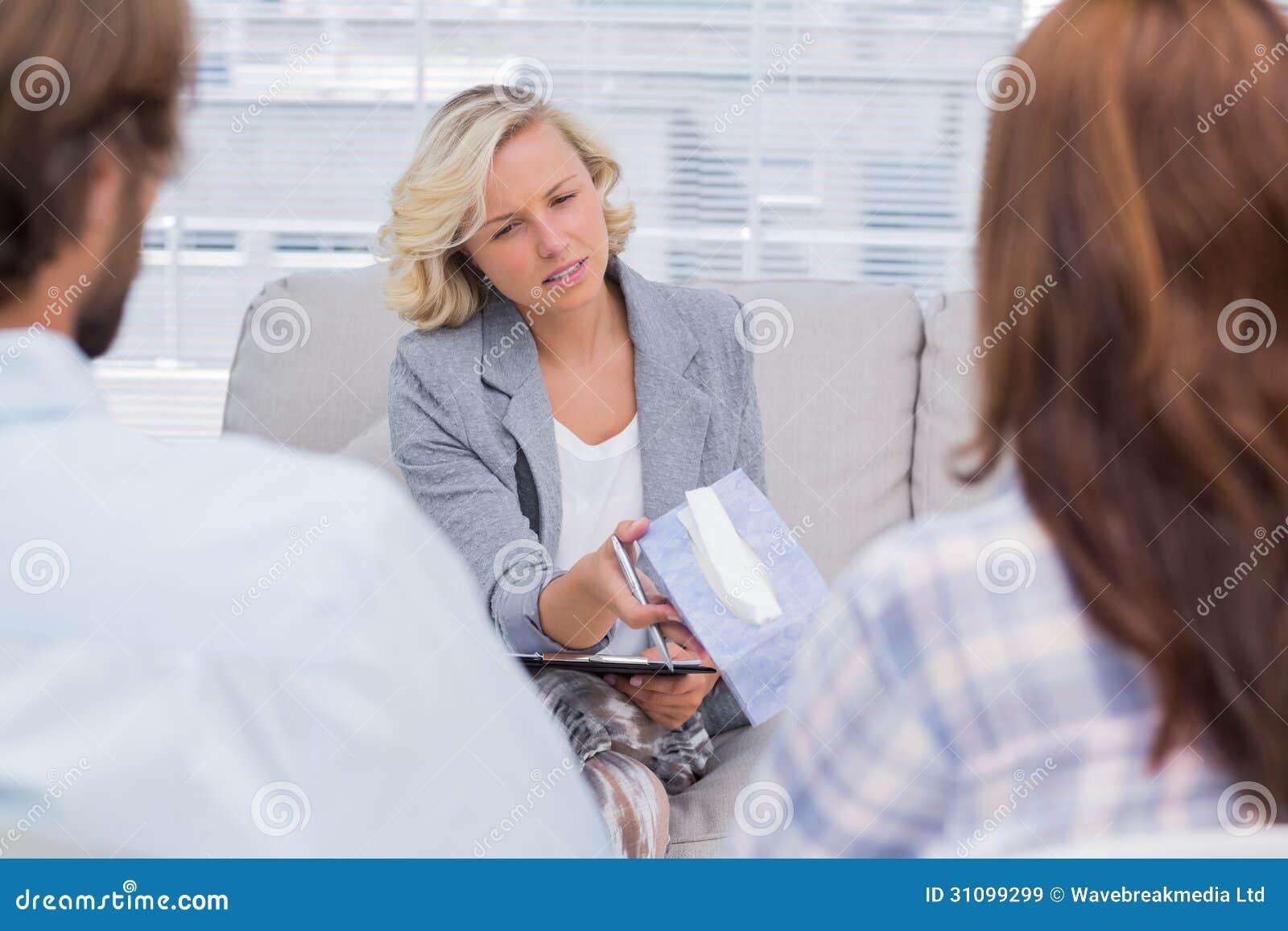 Terapeut som ger silkespappret till en kvinna