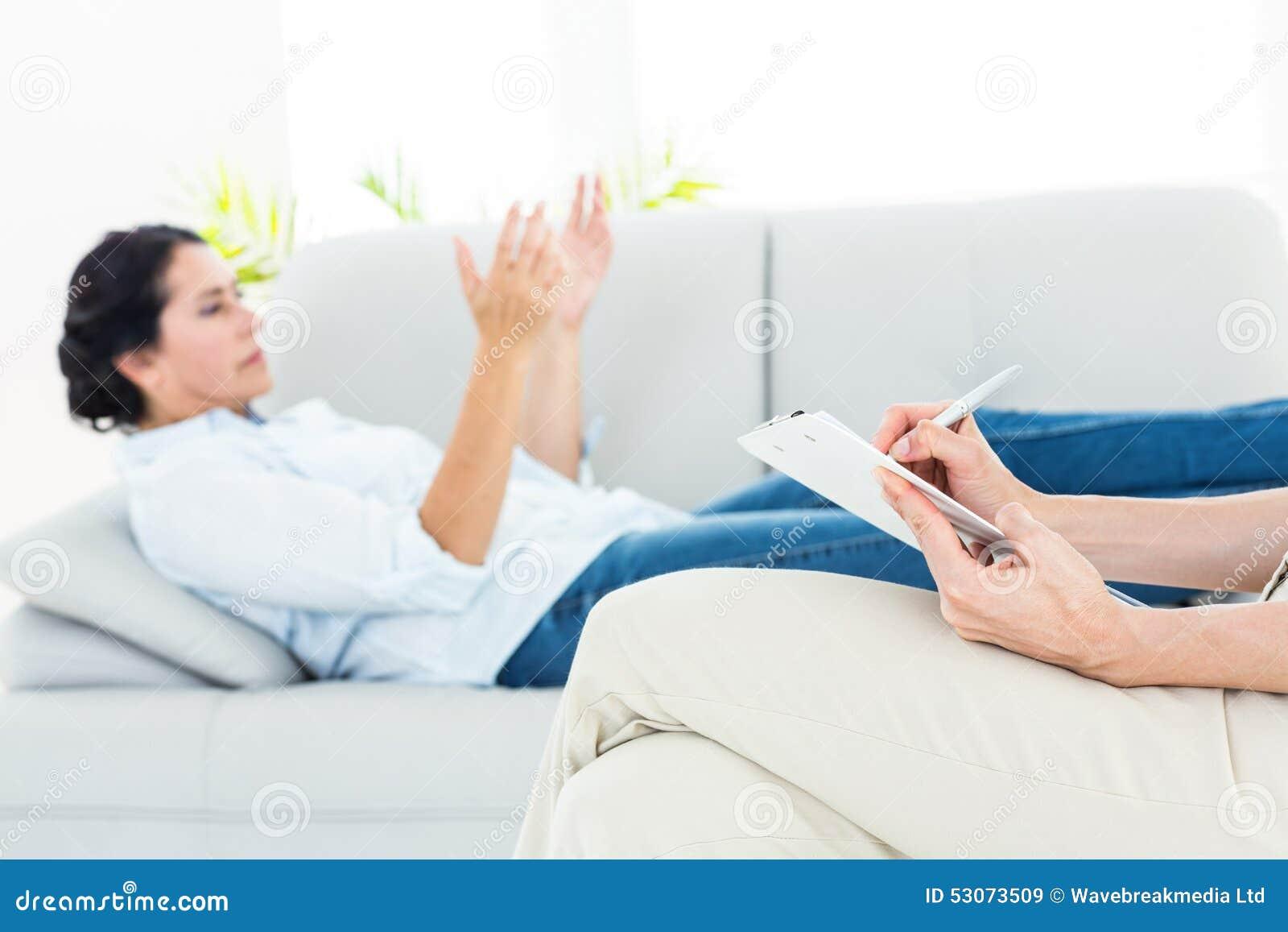Terapeut som lyssnar hennes patient och tar anmärkningar