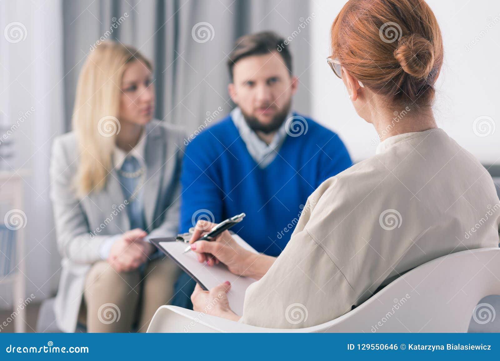Terapeut som talar till ett par med problem