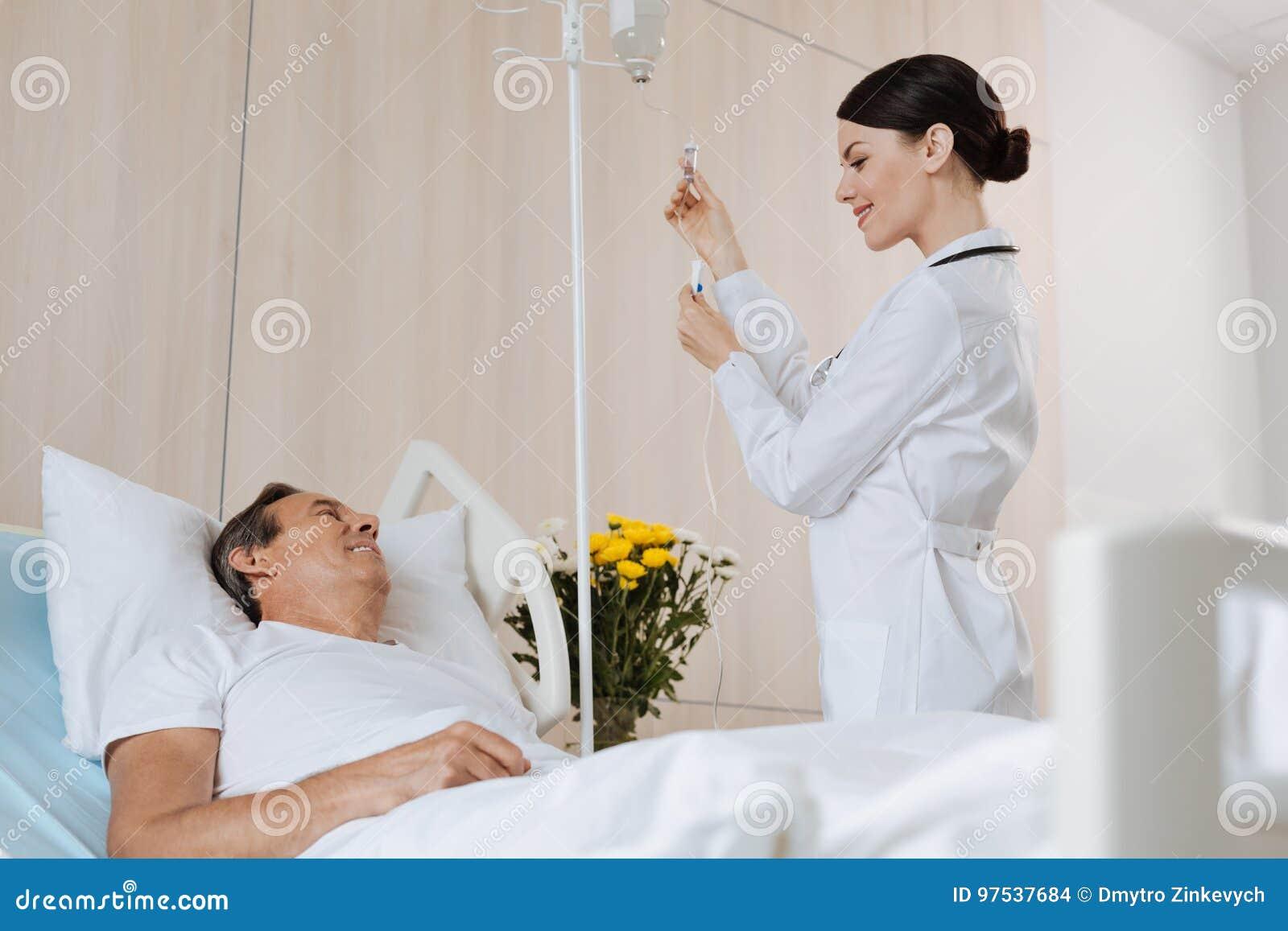 Terapeuta experimentado alegre que obra recíprocamente con su paciente