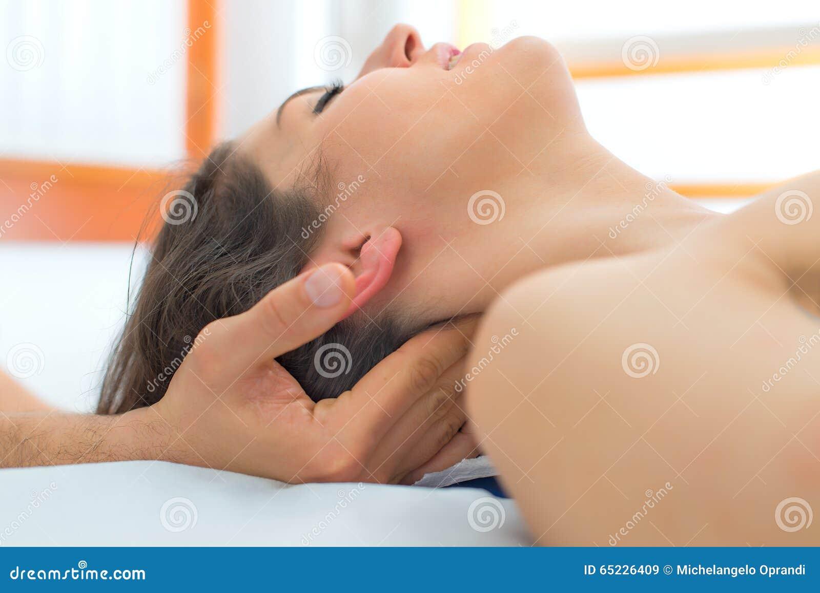 Terapeuta masuje szyję kobieta