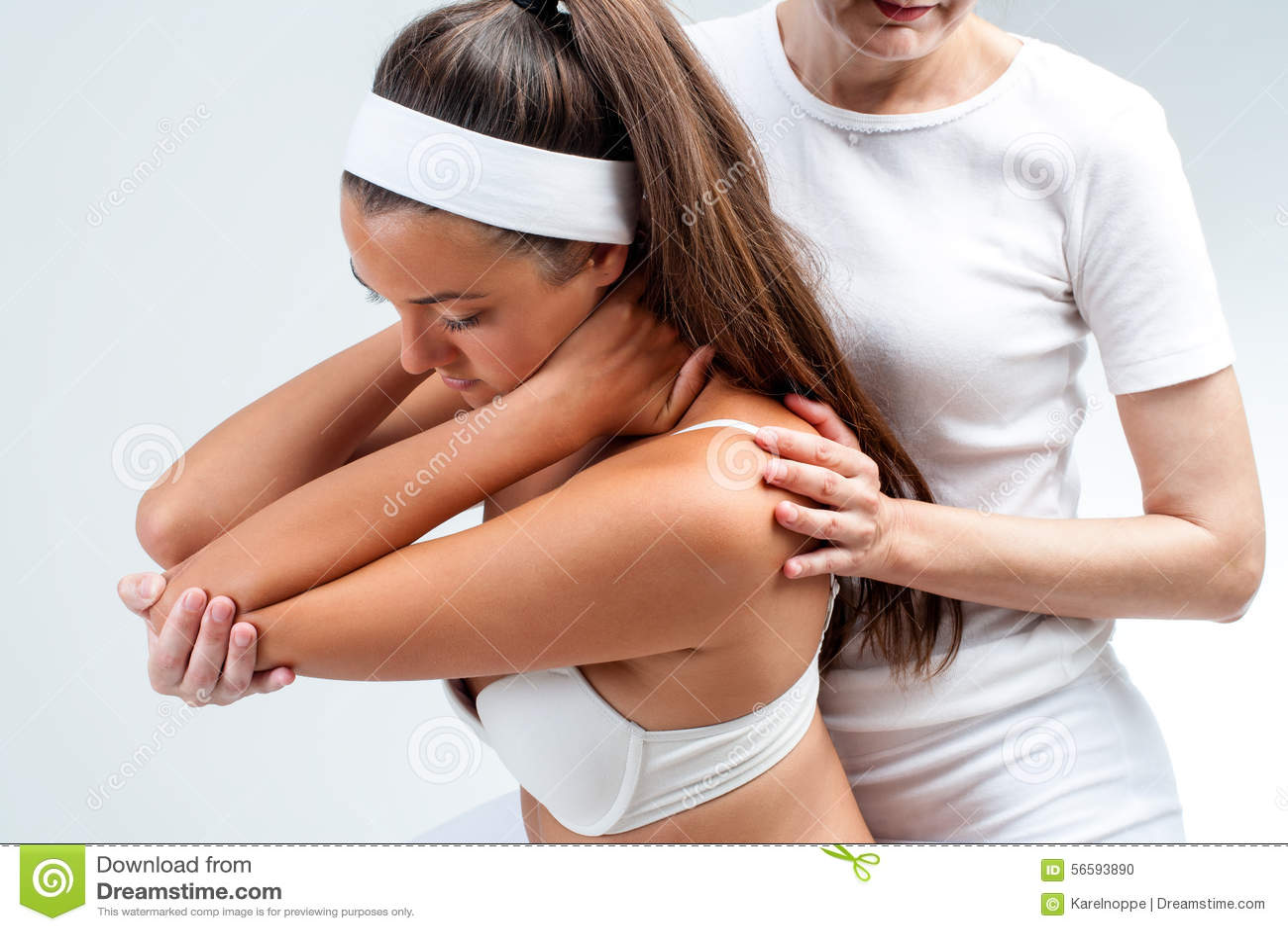 Terapeuta Osteopathic que faz a rotação do ombro