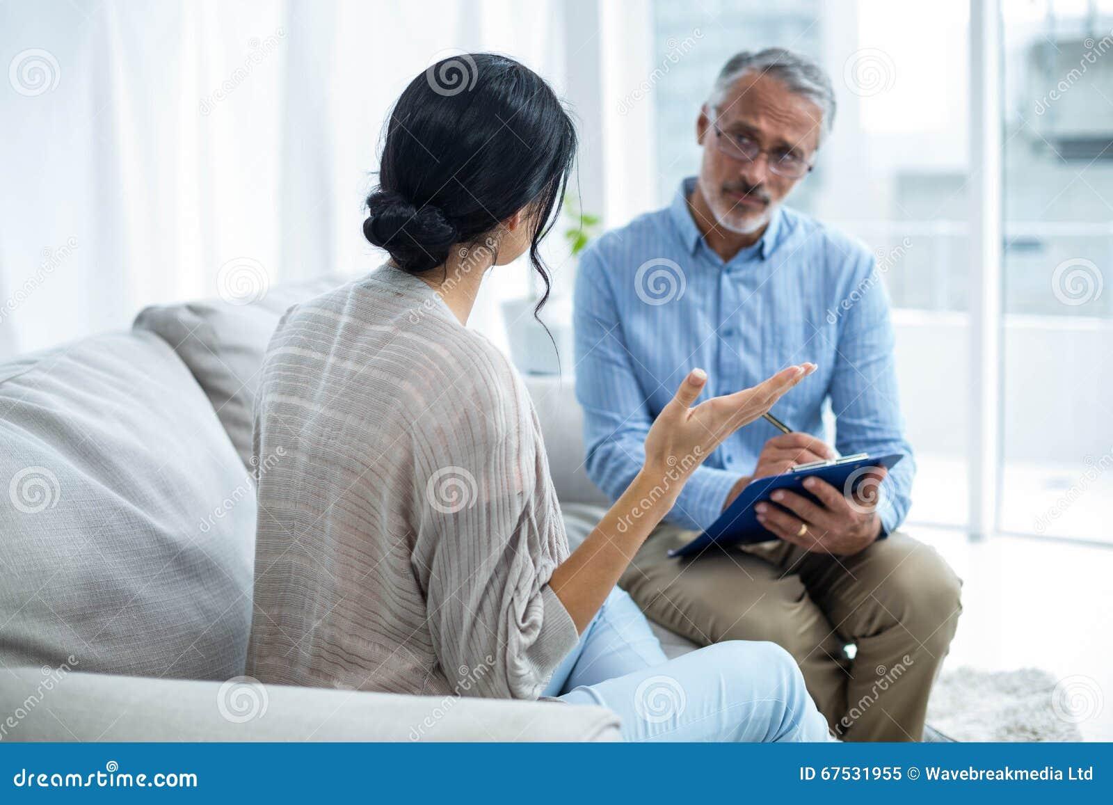 Terapeuta que consola uma mulher