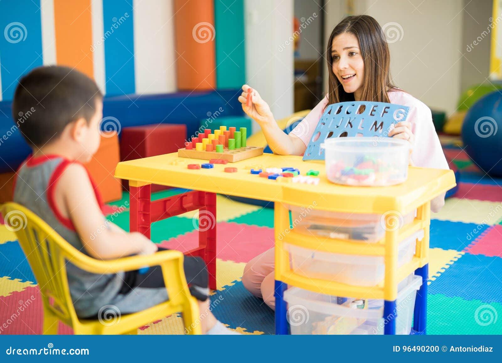 Terapeuta que trabaja con un niño