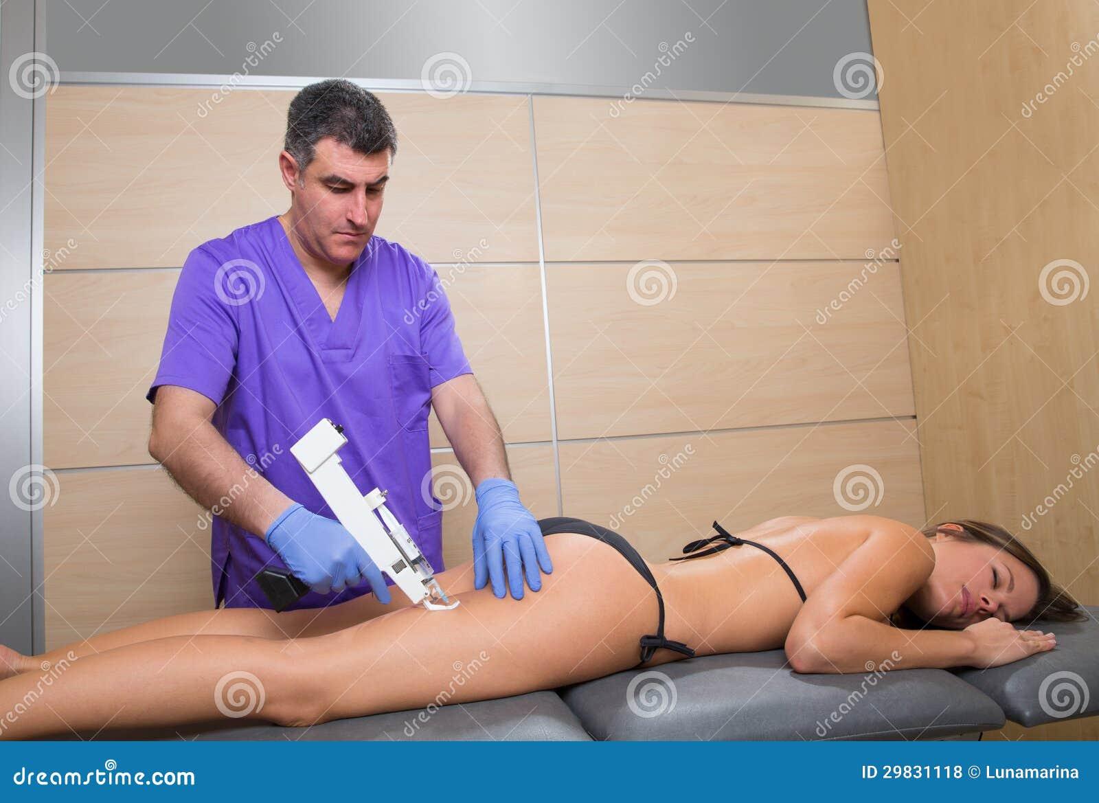 Terapia da arma de Mesotherapy para o doutor das celulites com mulher