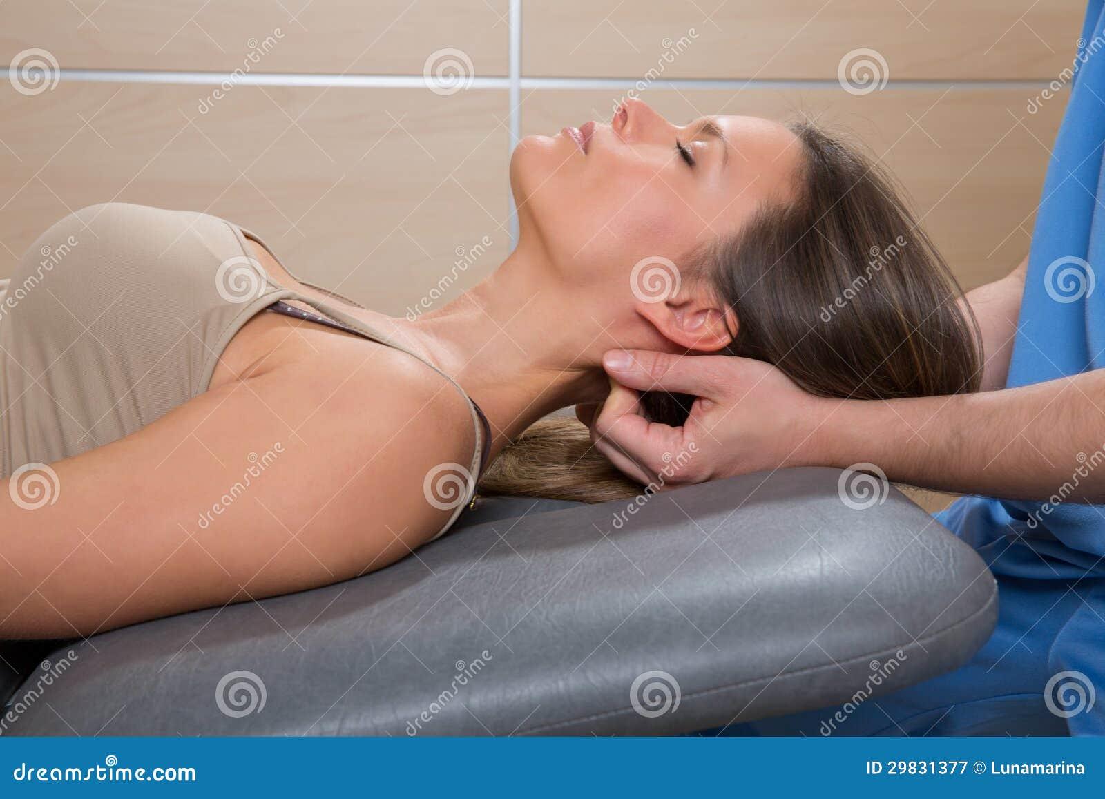 Terapia da massagem de Suboccipital à mulher com mãos do doutor