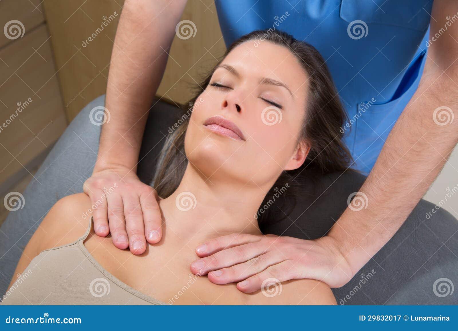 Terapia de Myofascial em ombros bonitos da mulher
