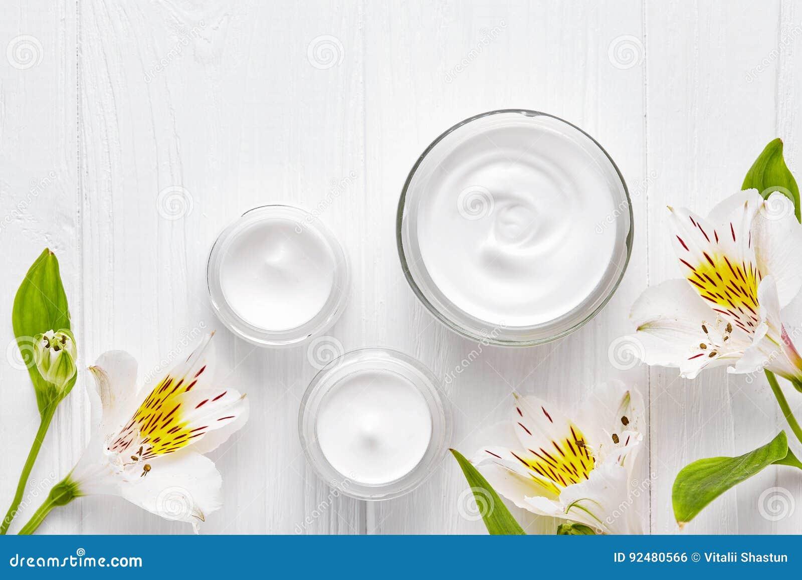 Terapia de relajación médica del skincare facial poner crema cosmético cansado de la piel, profesional antienvejecedor de la derm
