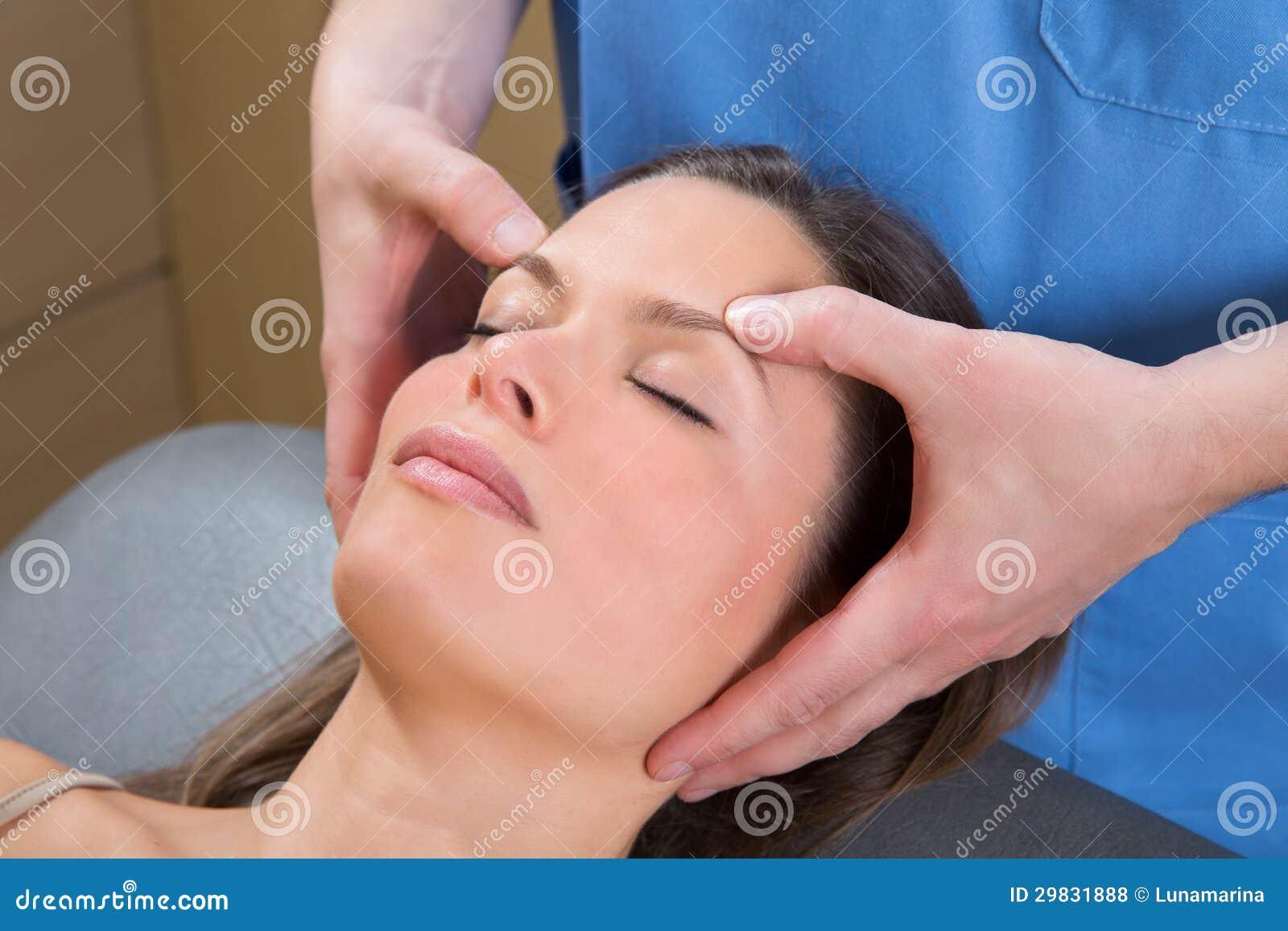 Theraphy de relaxamento da massagem facial na cara da mulher