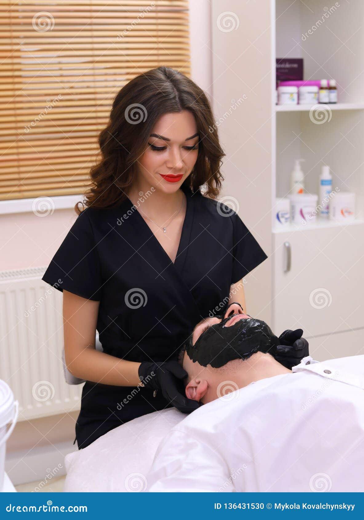 Terapia del balneario para los hombres que reciben la máscara negra facial