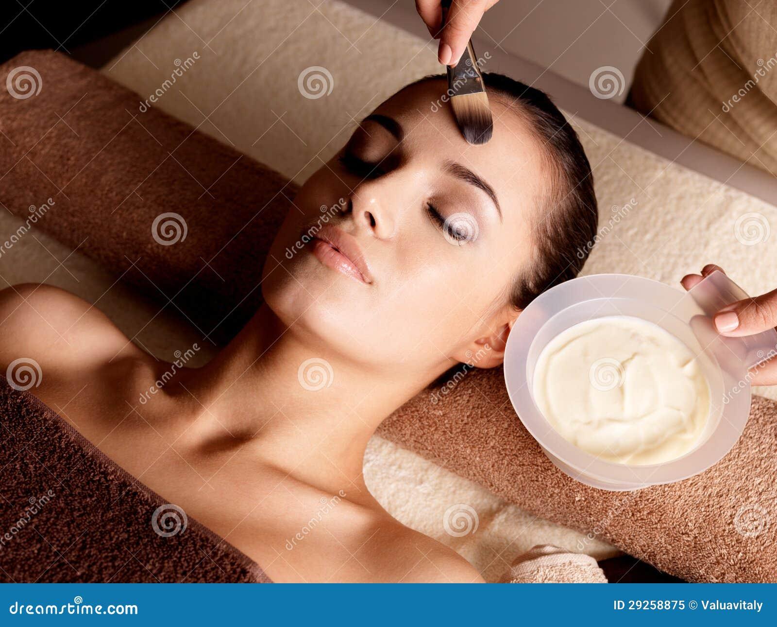 Terapia della stazione termale per la donna che riceve maschera facciale