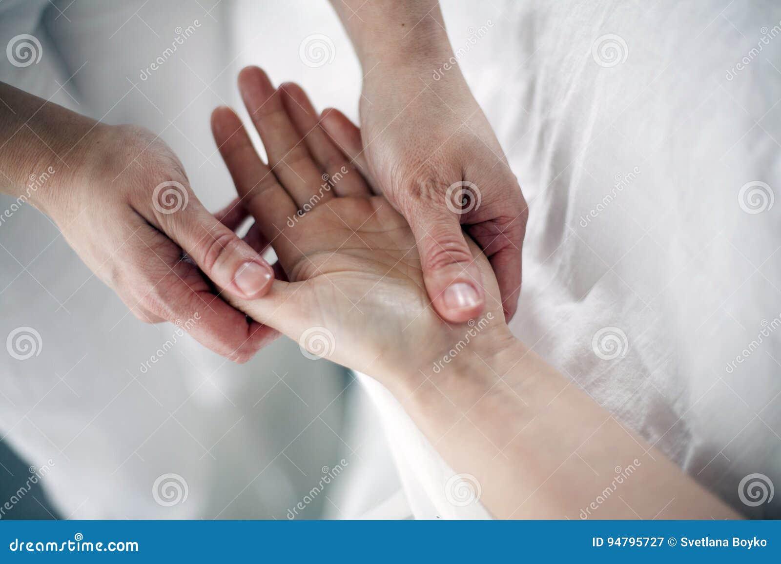 Terapia manuale sulle palme delle mani