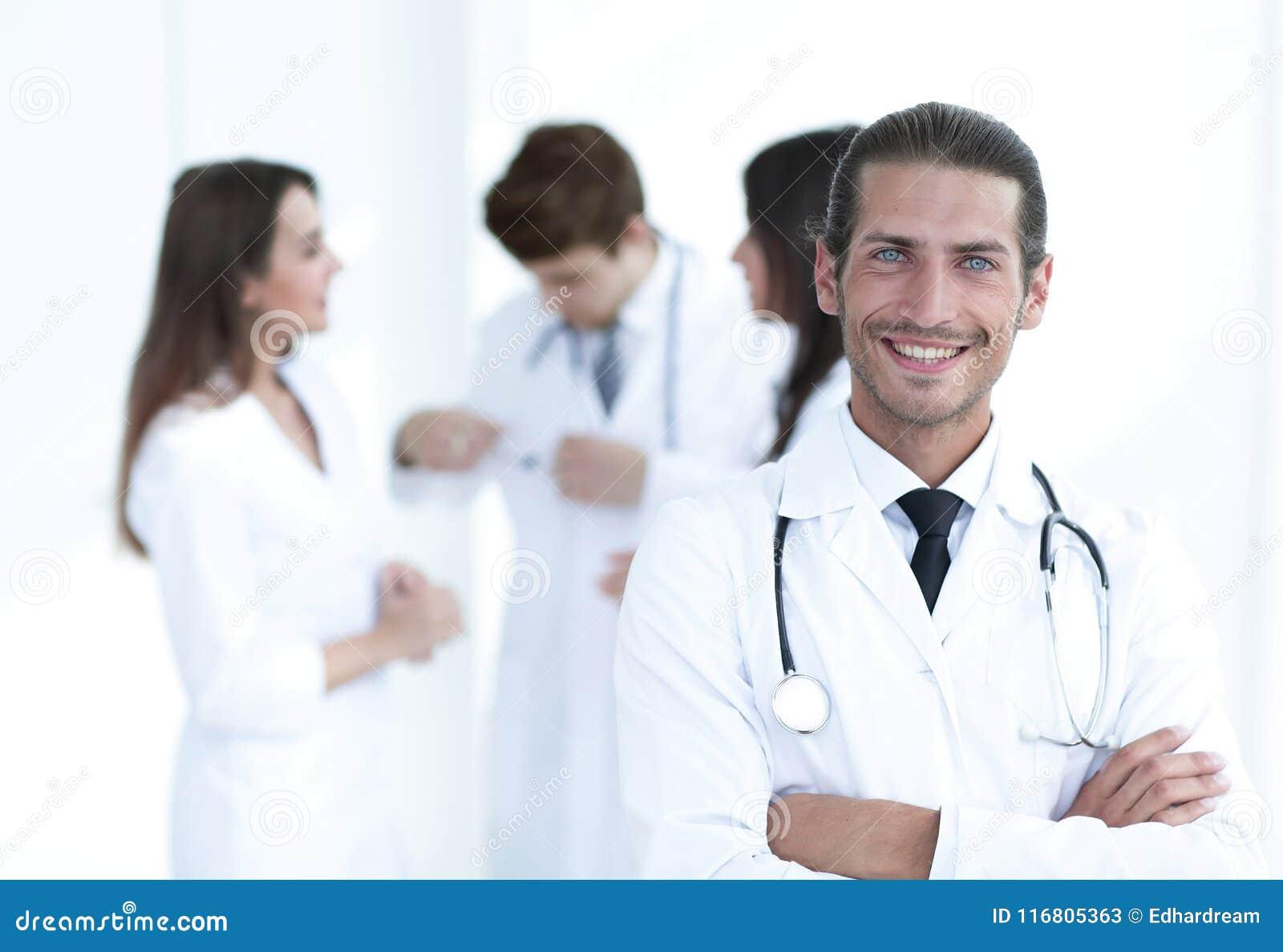 Terapista sorridente di medico su fondo vago