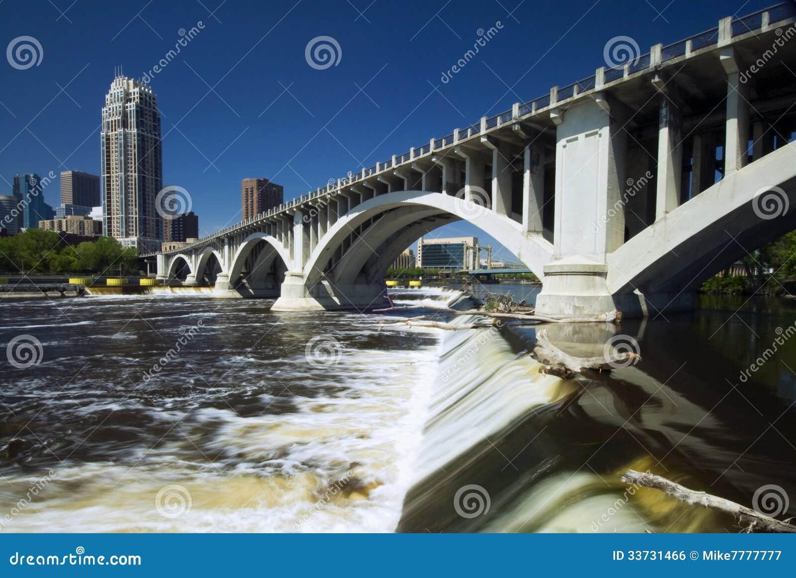 Terceira ponte da avenida acima de Saint Anthony Falls. Minneapolis, Minnesota, EUA