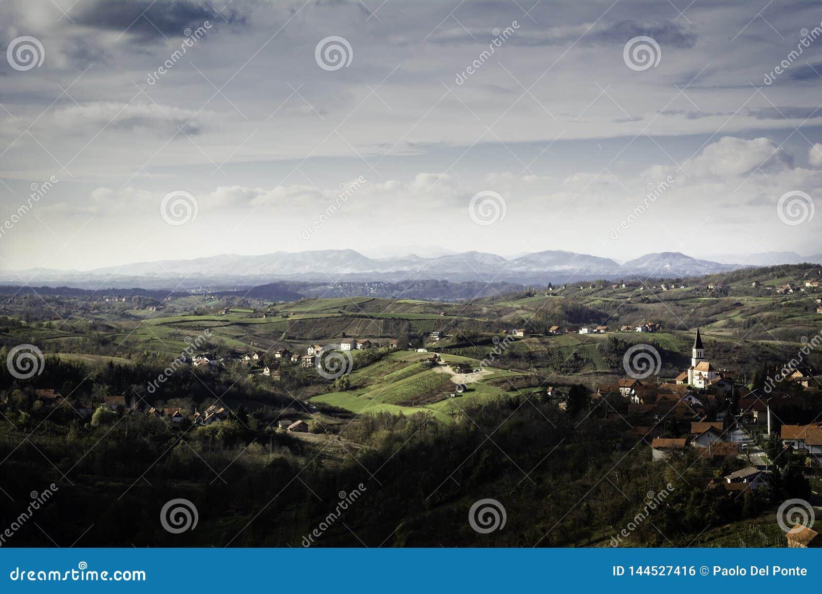 Teren Zagorje blisko Zagreb w wczesnej jesieni z udziałem wioski na wzgórzach i górach w odległości