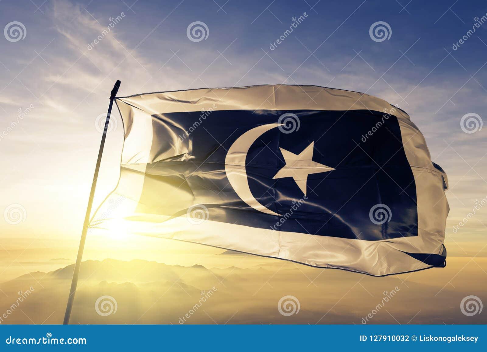 Terengganu stan Malezja flaga tkaniny tekstylny sukienny falowanie na odgórnej wschód słońca mgły mgle