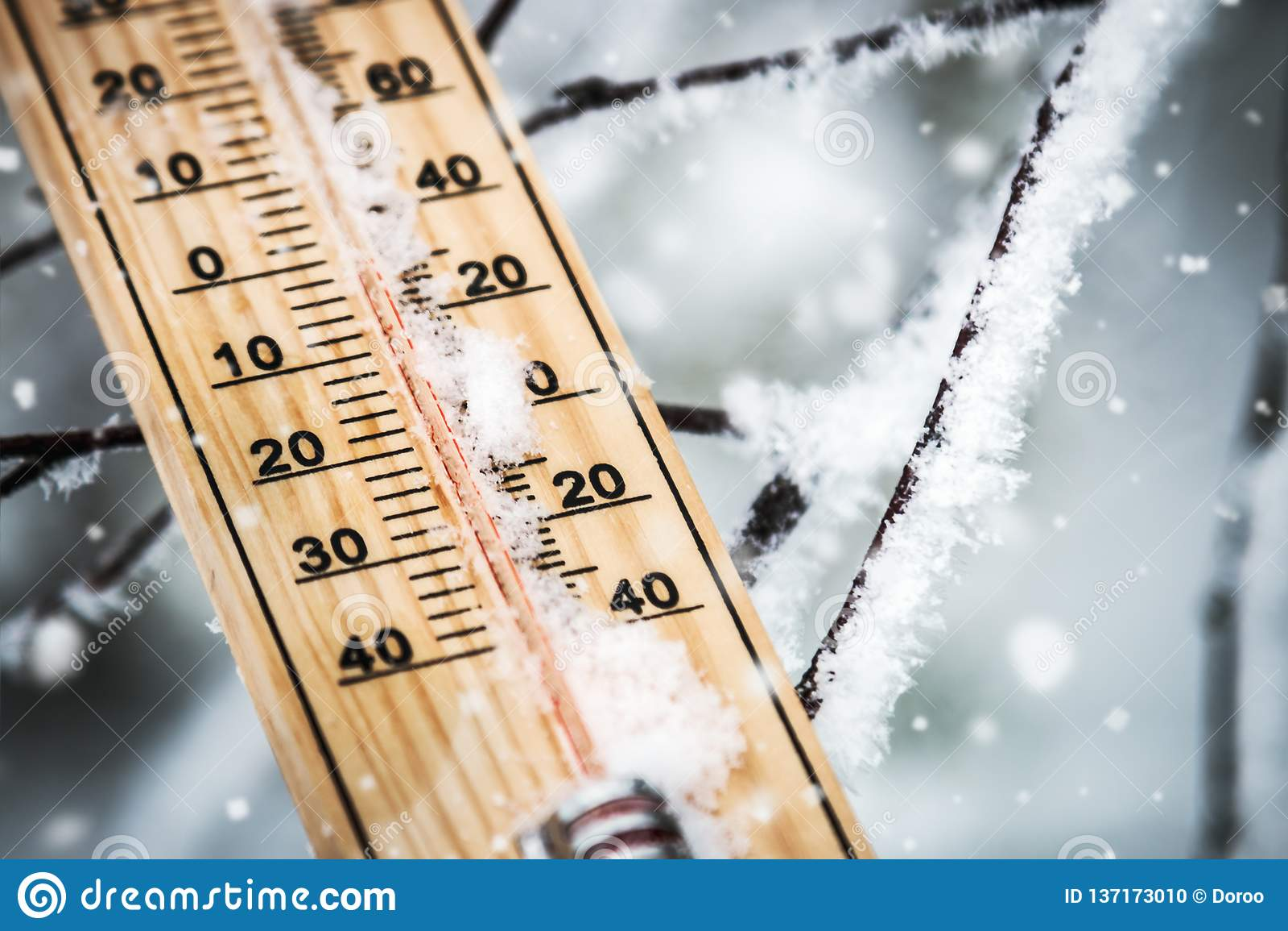 Termometro Con Temperatura Bajo Cero Pegado En La Nieve Foto De Archivo Imagen De Cero Termometro 137173010 La mayor selección de termometro mercurio a los precios más asequibles está en ebay. temperatura bajo cero pegado