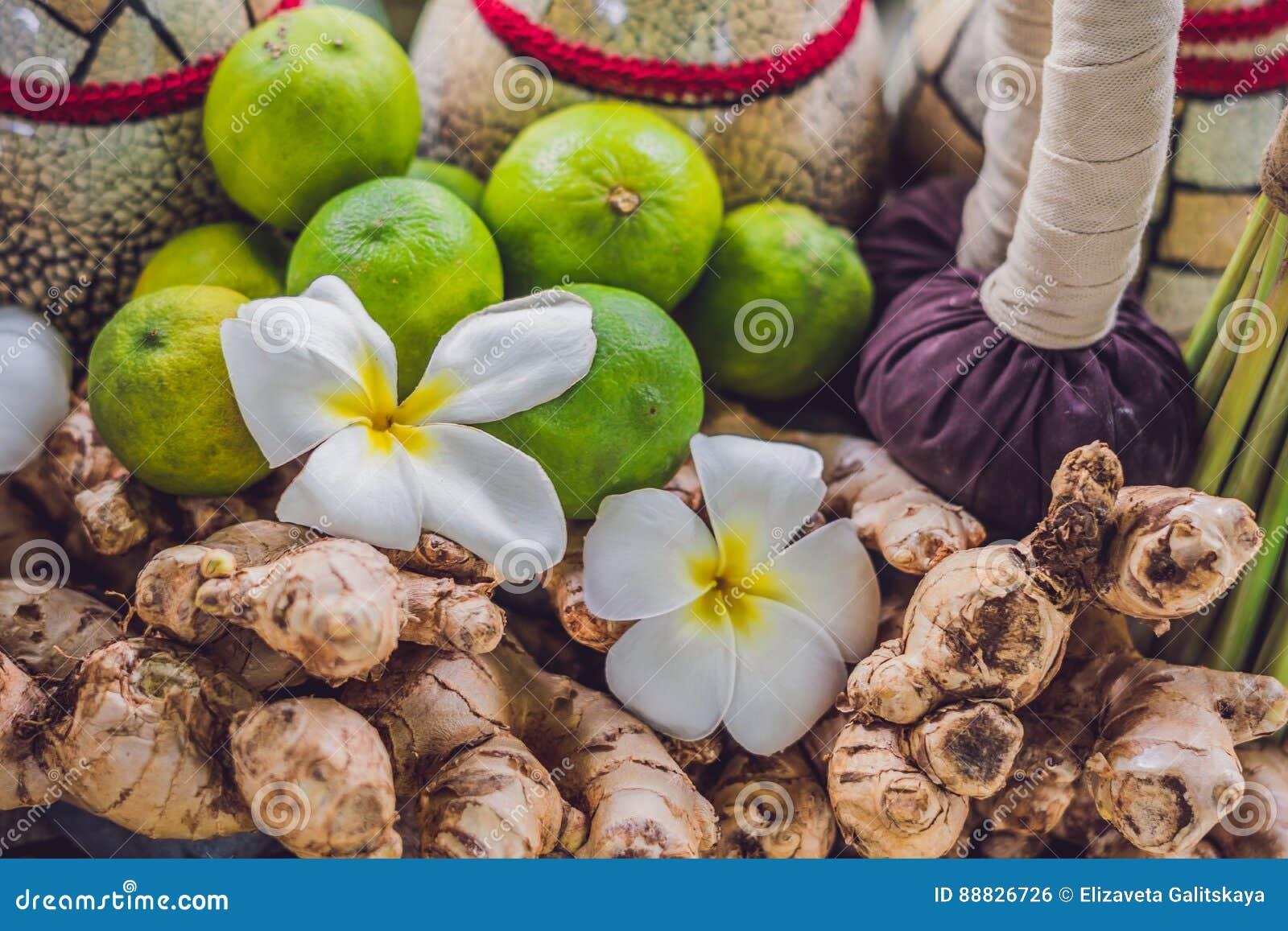 Termas, grupo do cuidado da charneca de óleos essenciais, sabão, gengibre, raizes de cúrcuma e especiarias em uma bandeja de made