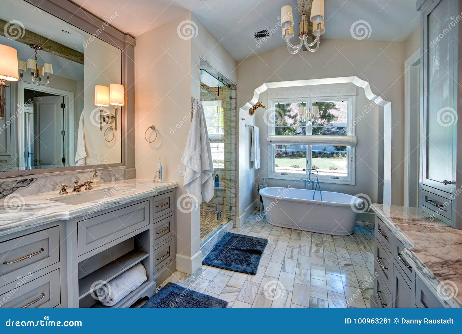 Termas luxuosos do banheiro da mansão do recurso