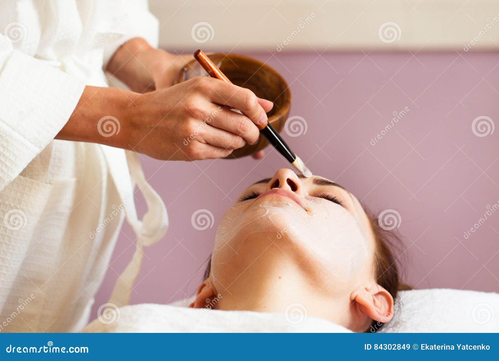 Termas - 7 Mulher bonita com máscara facial no salão de beleza