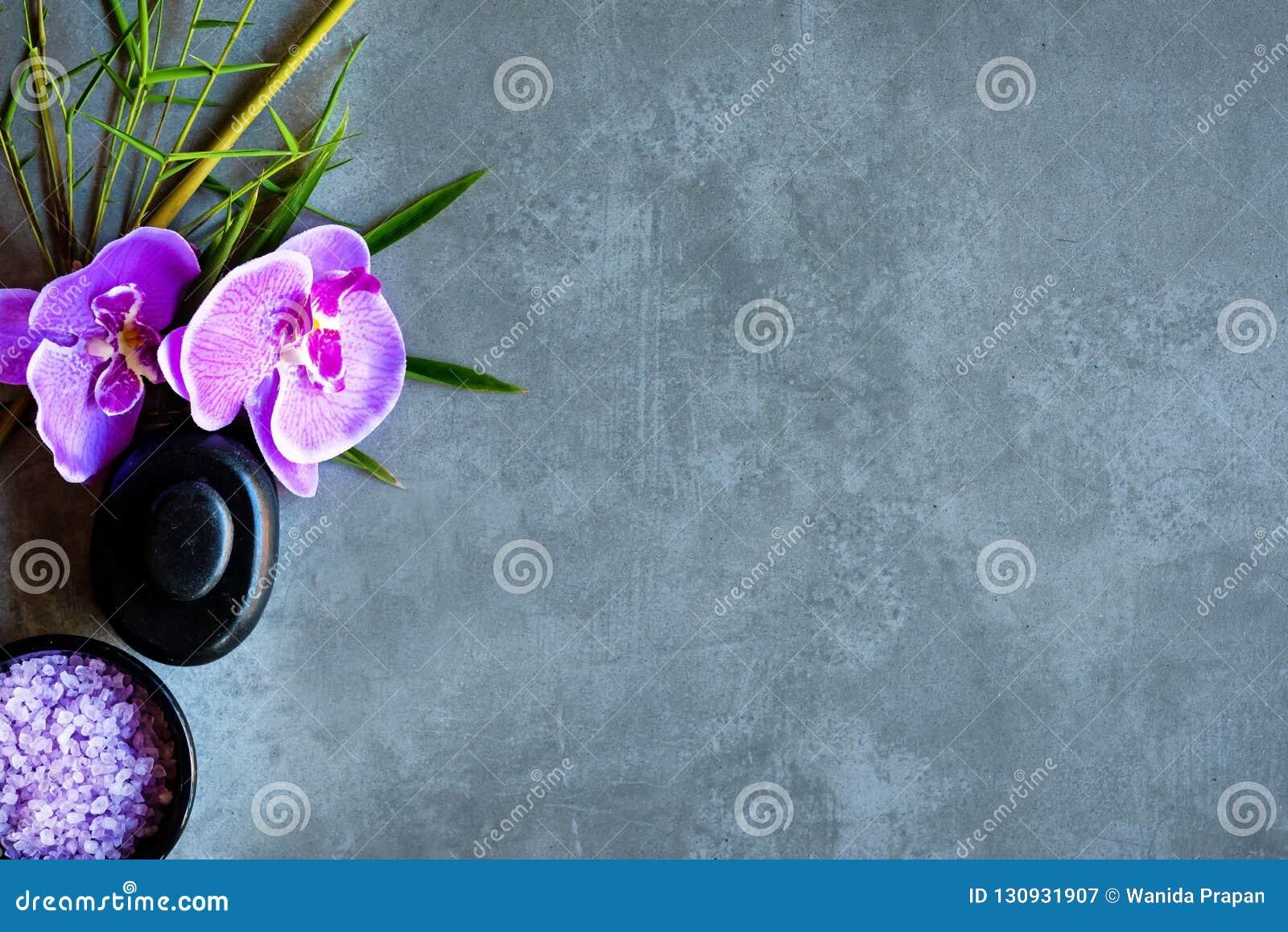 TERMAS tailandeses Vista superior das pedras quentes que ajustam-se para o tratamento da massagem e para relaxar com a orquídea r