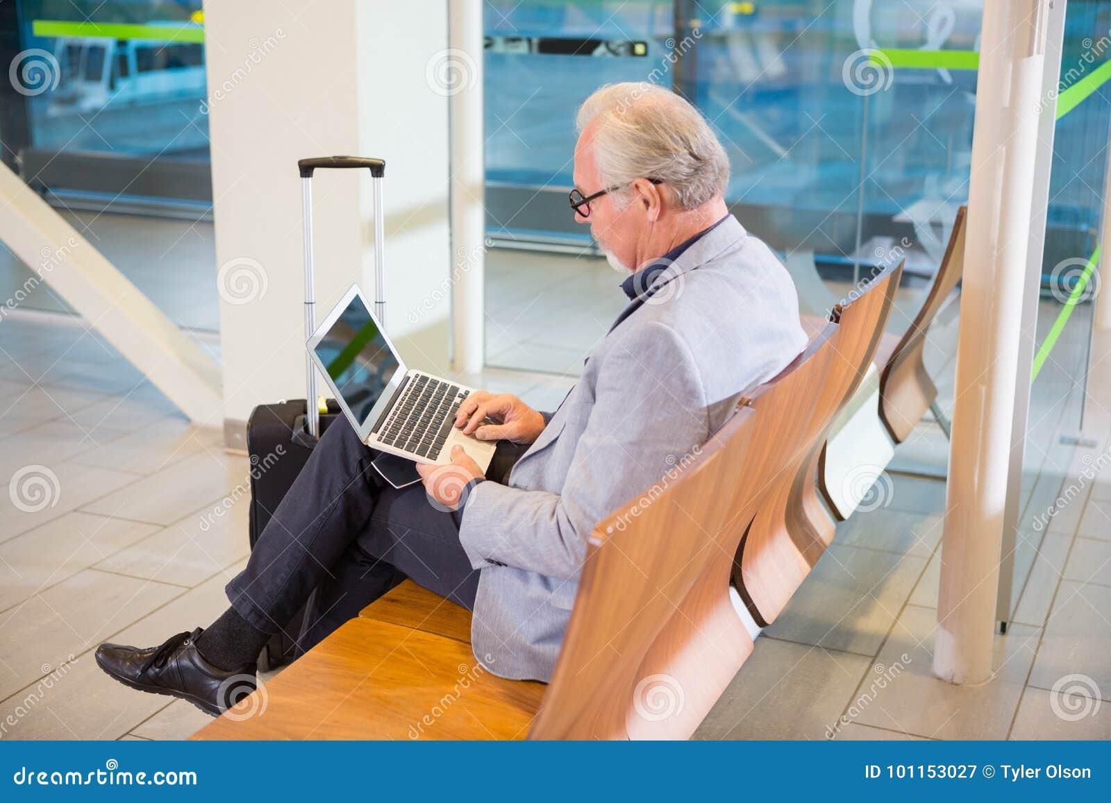 Terminal d aéroport d Using Laptop At d homme d affaires