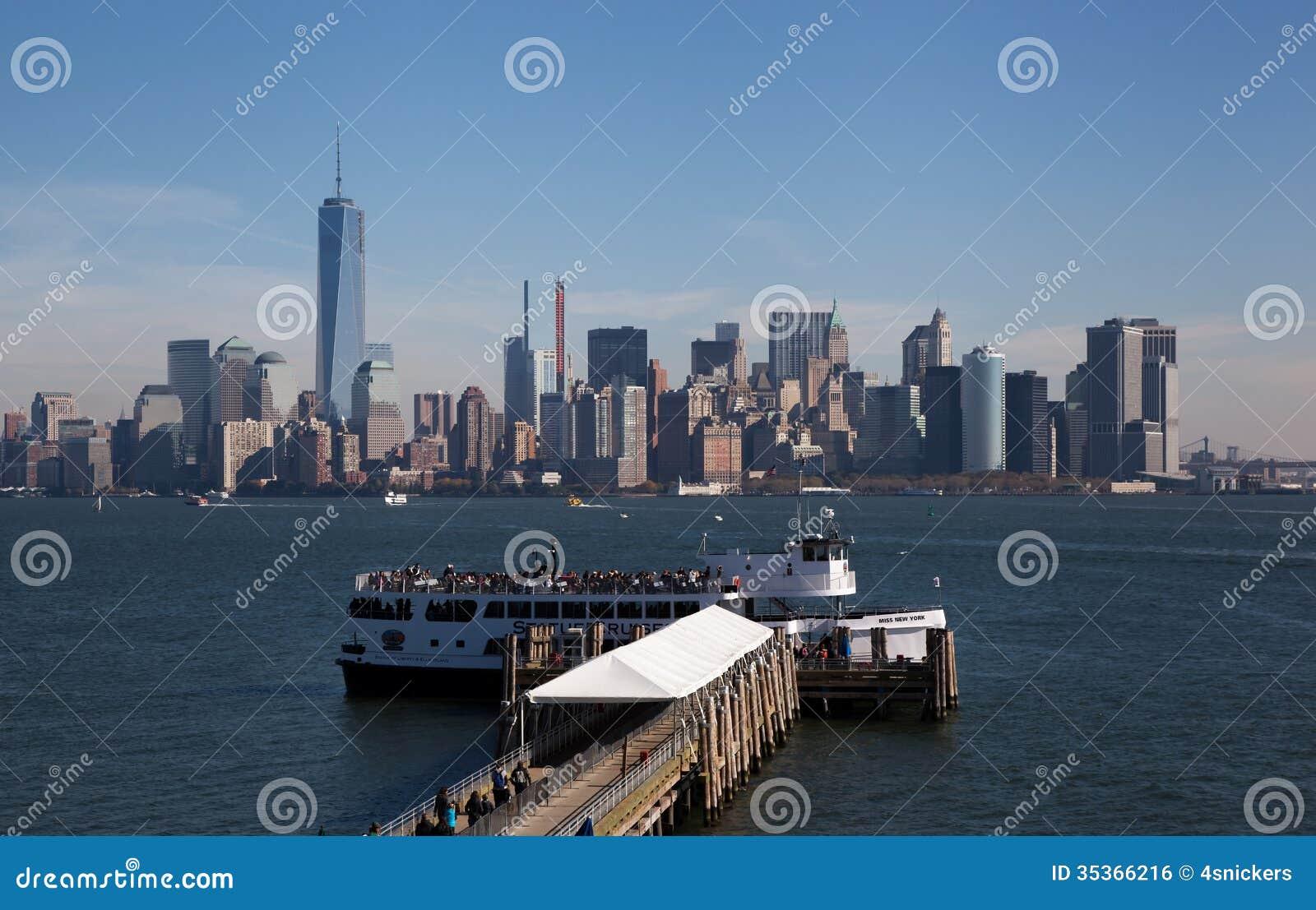 Terminal de balsa na estátua da liberdade com fundo de NYC