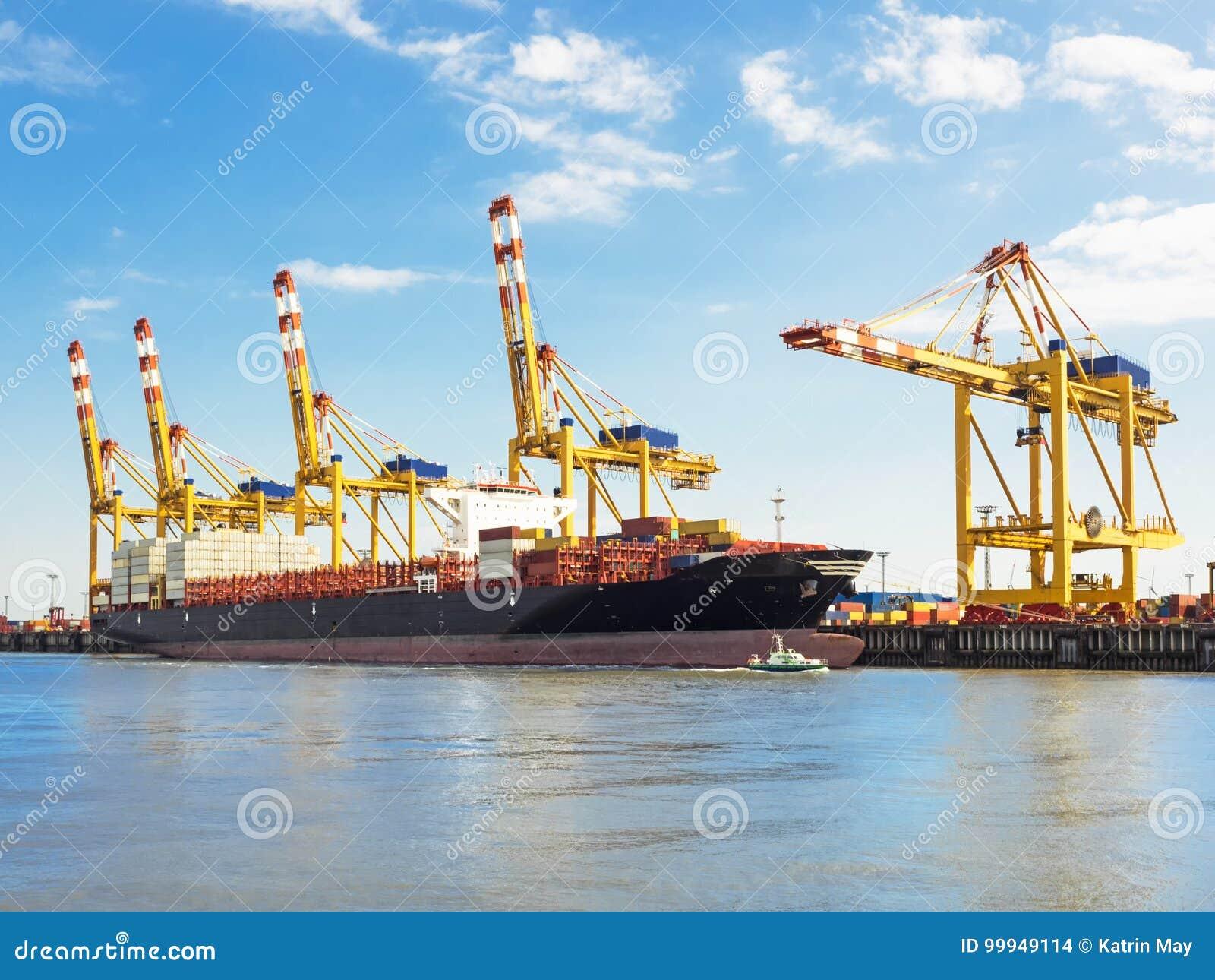 Terminal de contenedores del puerto de Bremerhaven con portacontenedores