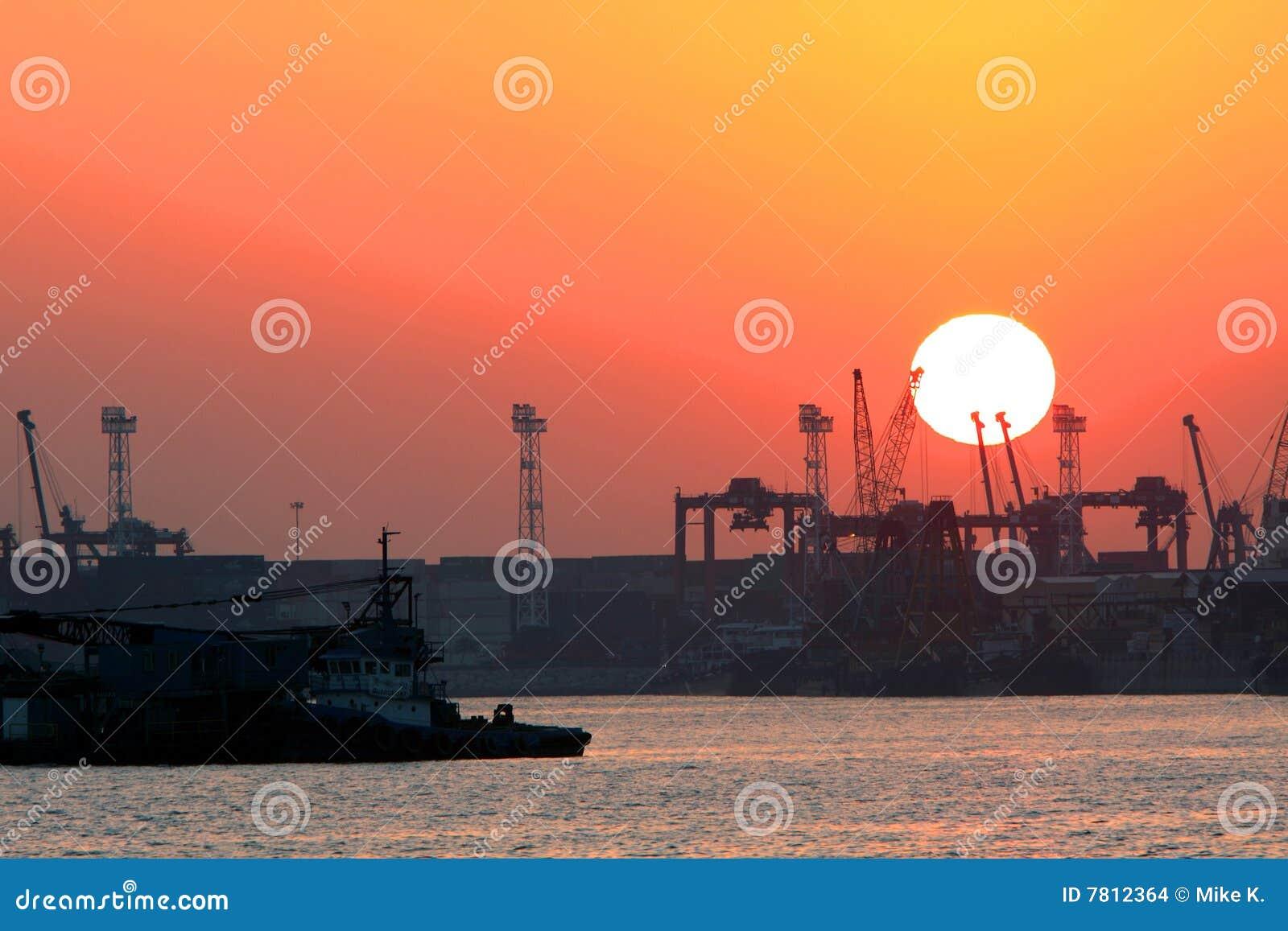 Terminal de coucher du soleil de conteneur