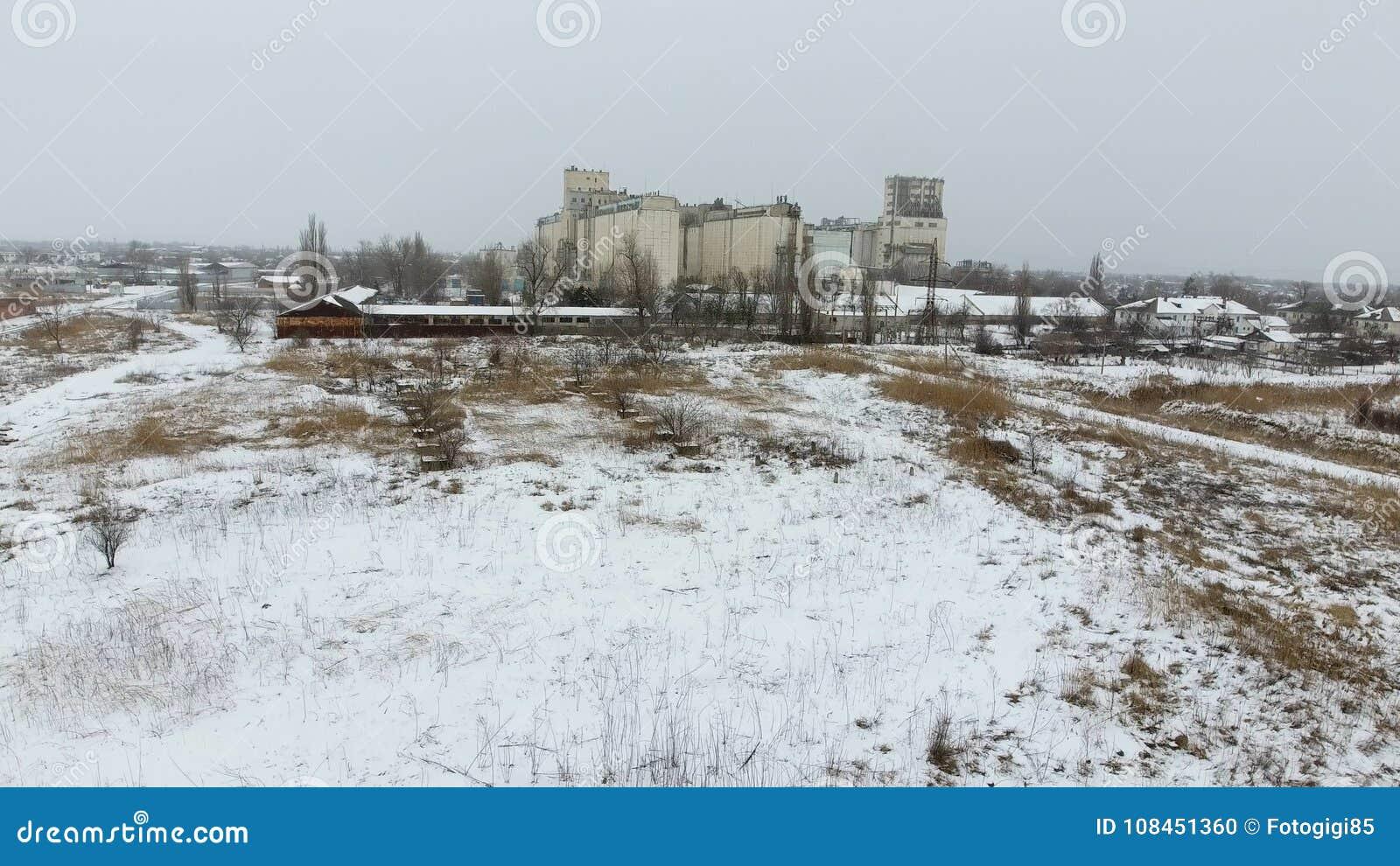 Terminal de grain pendant la saison d hiver élévateur à grains couvert de neige dans les zones rurales Un bâtiment pour sécher et