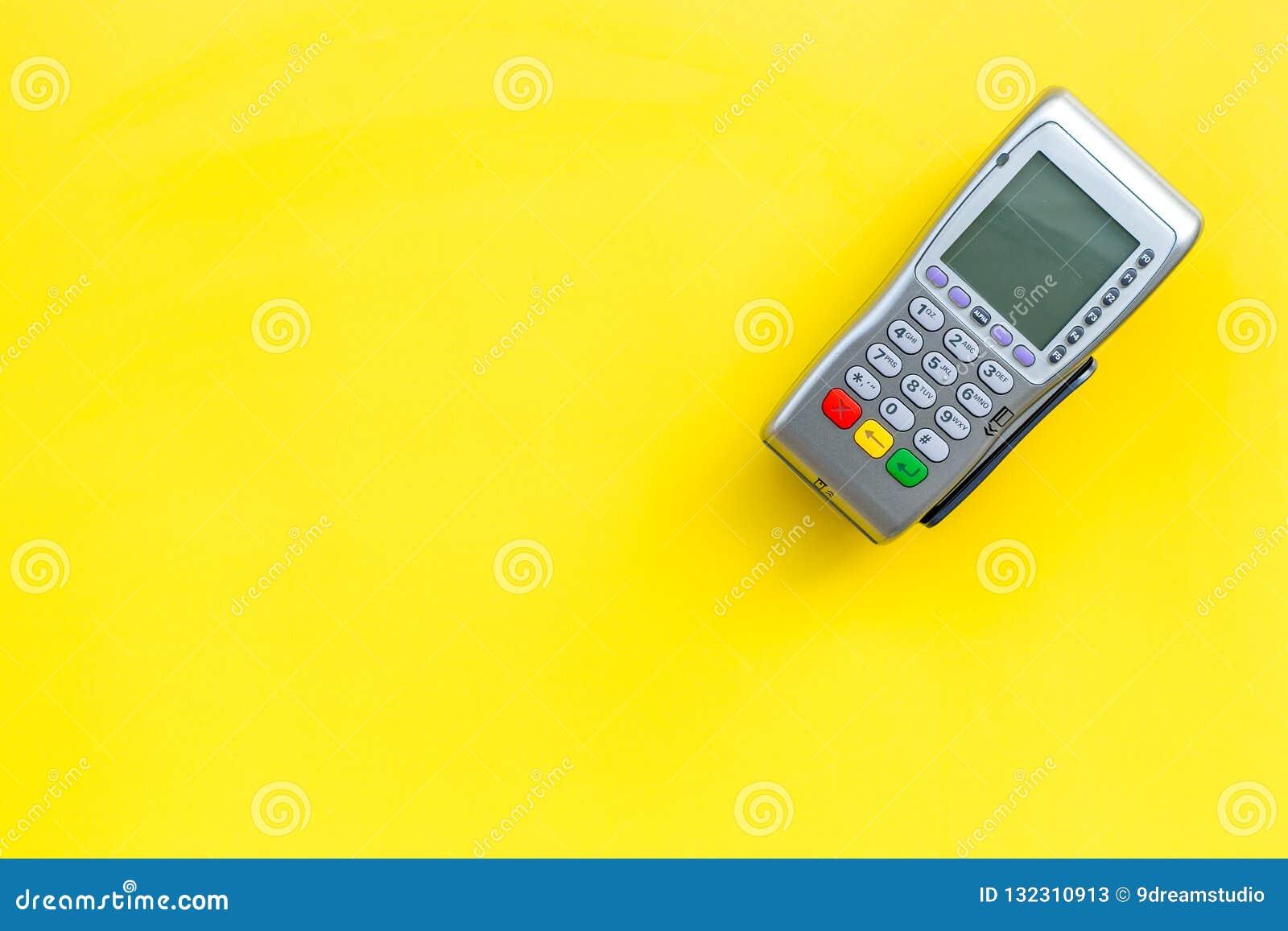 Terminale di pagamento, terminale compatto di posizione sullo spazio giallo di vista superiore del fondo per testo