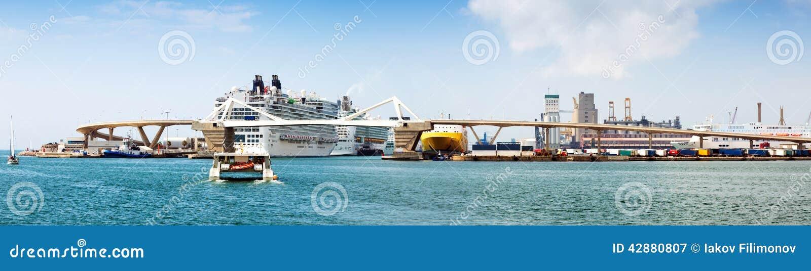 Terminales del crucero en el puerto de Barcelona españa