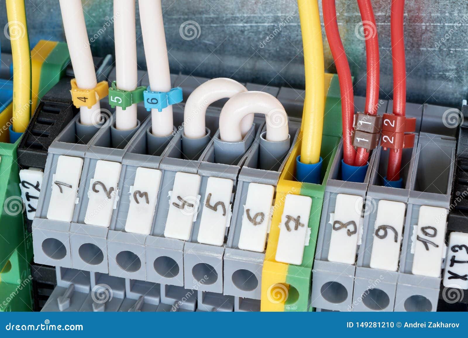 Terminales eléctricos con los alambres conectados con ellos en el gabinete eléctrico