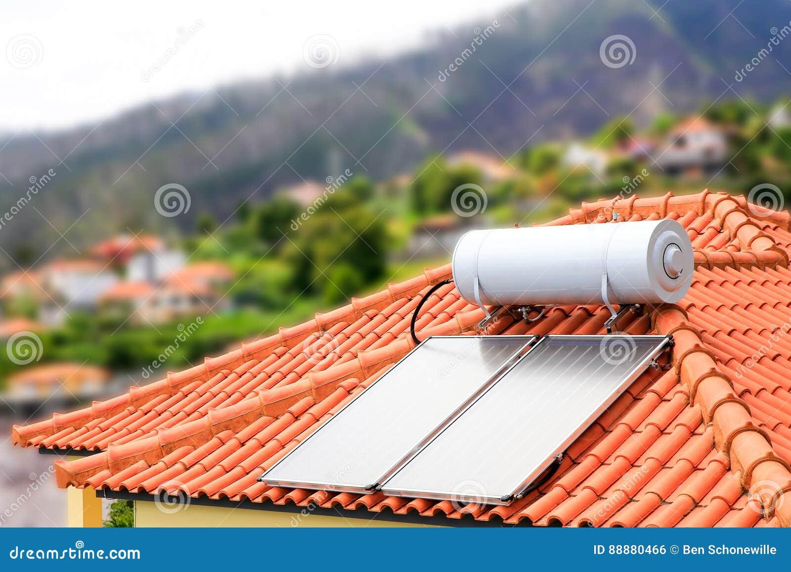 Termo con los paneles solares en el tejado de la casa foto de archivo imagen de producto casa - La casa en el tejado ...