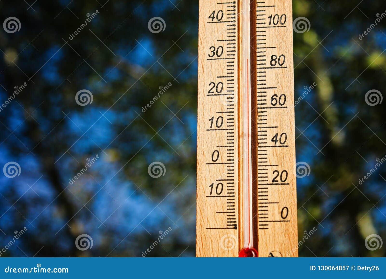Termometer Som Visar Höjdpunkt 30 Grad Varma Temperaturer I