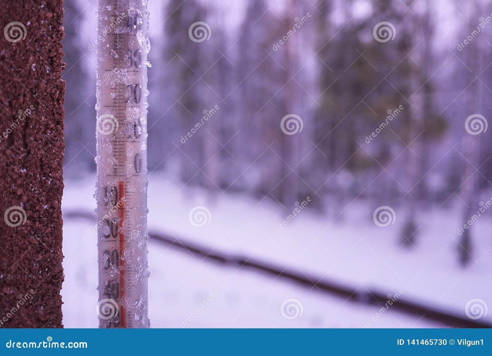 Termometr na zimnym dniu lub gorącym dniu mierzy temperaturę Analogowy termometr