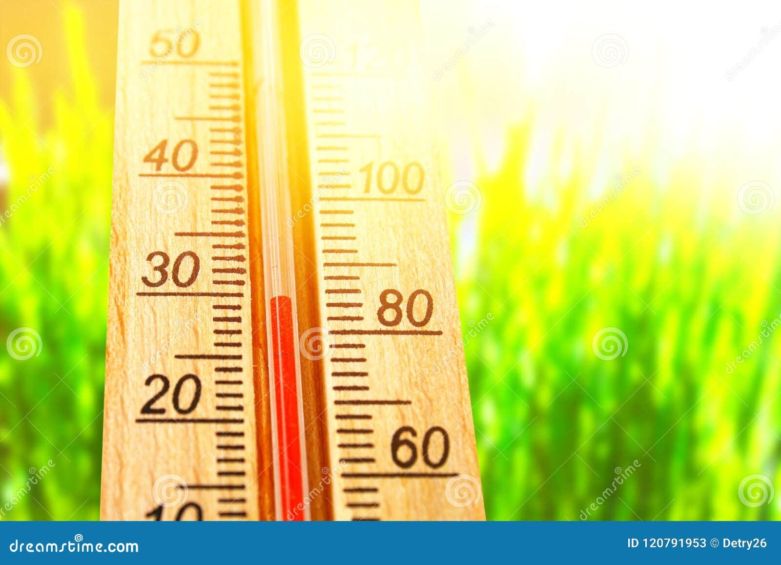 Termometr wystawia wysokość 30 stopni gorące temperatury w słońce letnim dniu