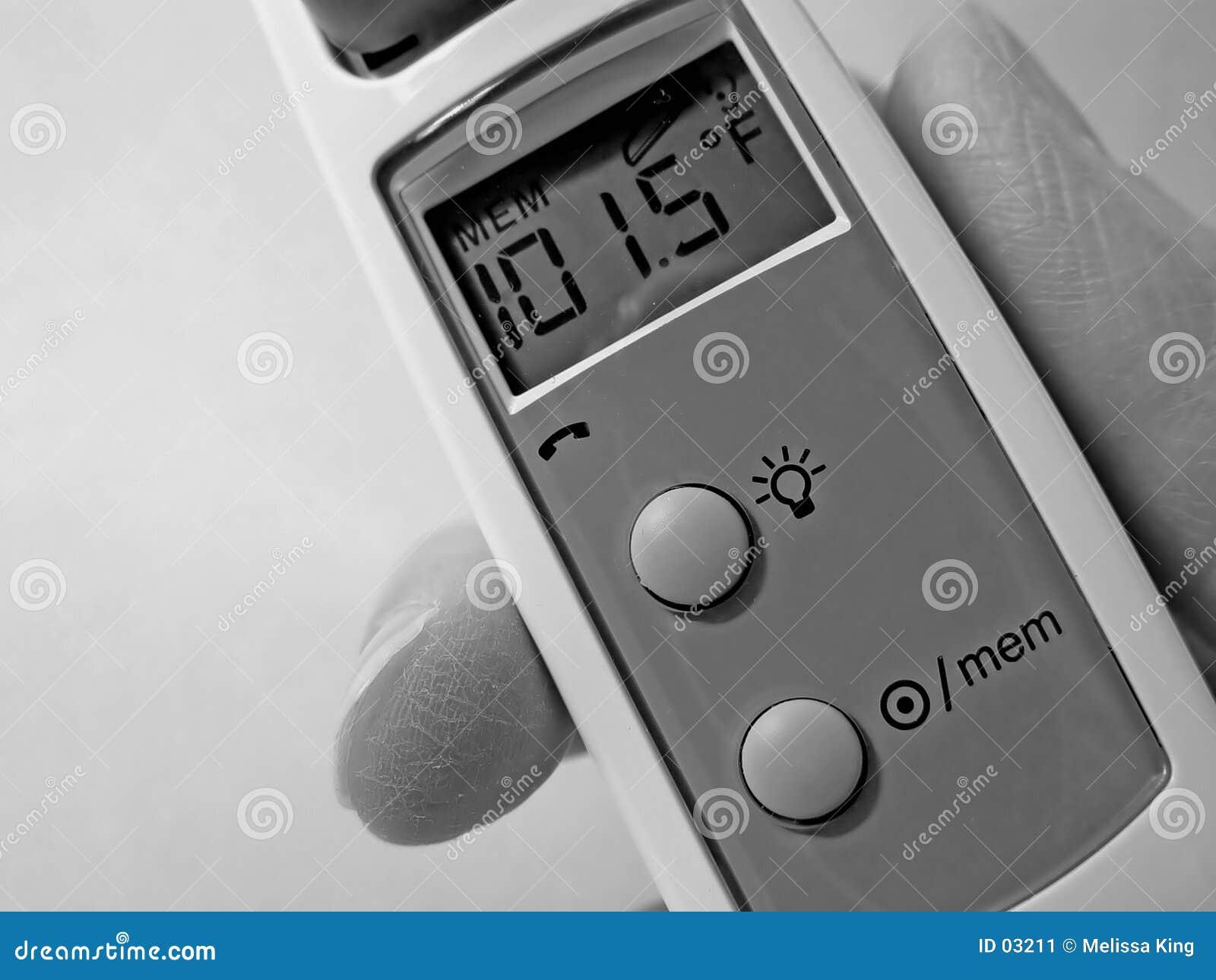 Termometro di orecchio del primo piano