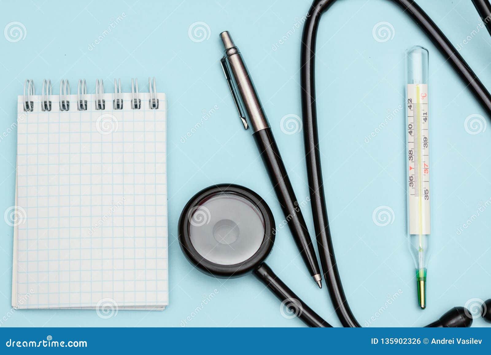 Termometro Medico E Uno Stetoscopio Su Uno Scrittorio Blu ...