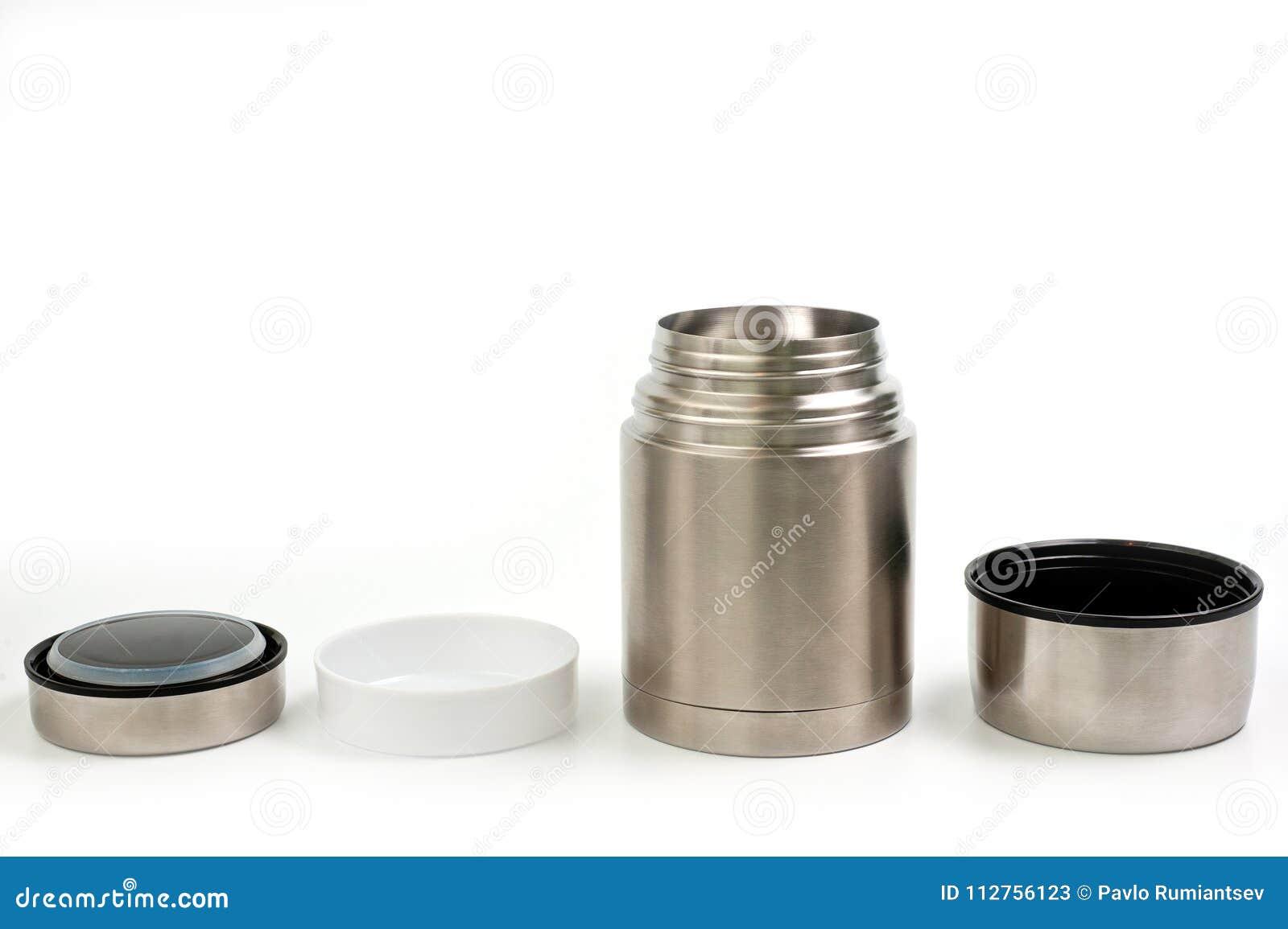 Termos leggero e metallico per il cibo con un piatto di plastica su un fondo bianco