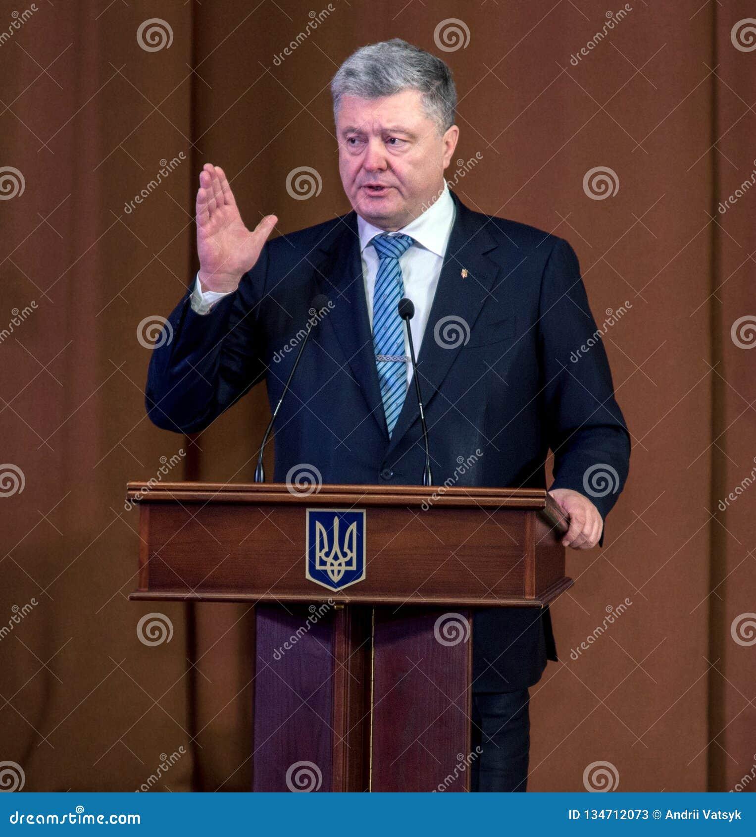 """Ternopil, de OEKRAÏNE †""""DeÑ  18, 2018: President van de Oekraïne Petro Poroshenko tijdens een vergadering met het publiek in T"""