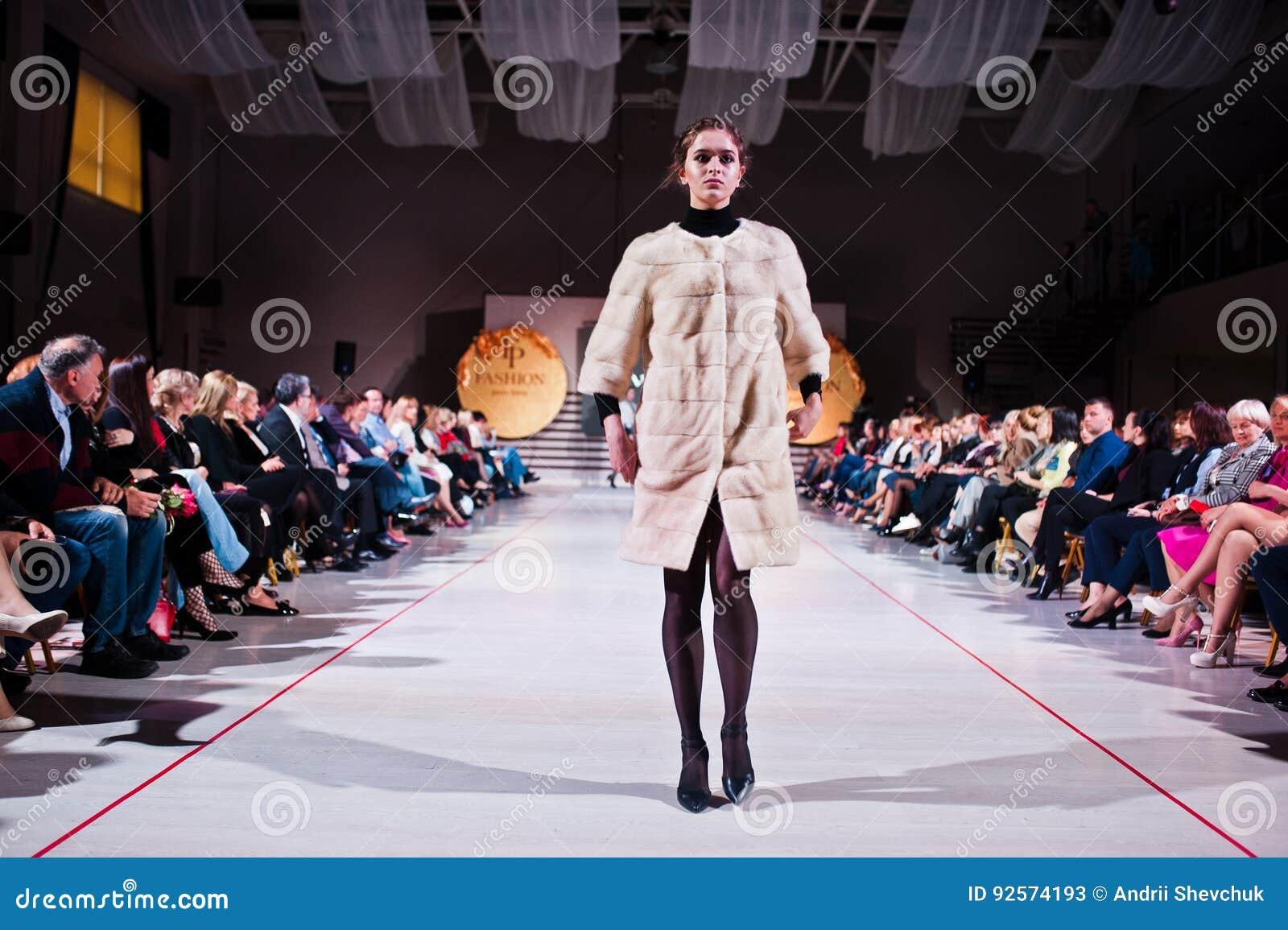 Ternopil, Ucraina - 12 maggio 2017: Modelli di moda che indossano i vestiti