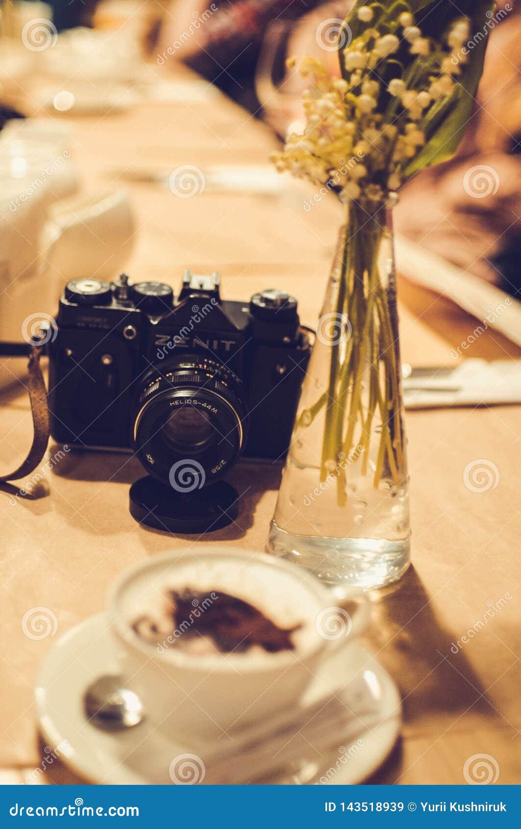 Ternopil, Ucrania 04,04,2013 - taza de café con espuma de la imagen gigantesca en cámara del café y del zenit